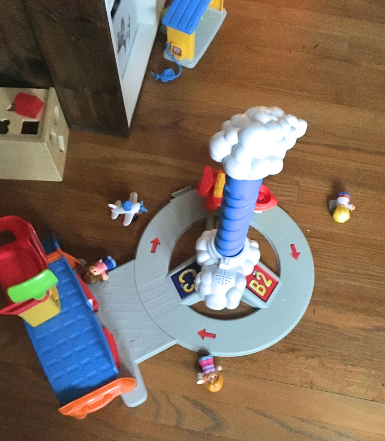 Pretend play to prepare young children for the airport #doseofplay #travelingwithkids #travelingalonewithkids #howtotravelalonewithkids #tipstopreparekidsforairtravel #flyingwithtoddlers #preparation #pretendplay #childlife #parenthood