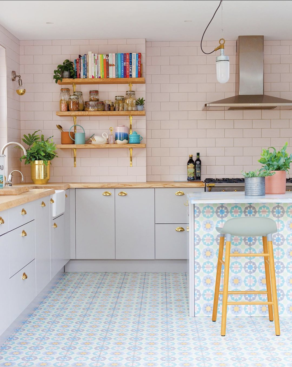 The joinery hardware in this kitchen just make this space! Image source @2lgstudio - Instagram