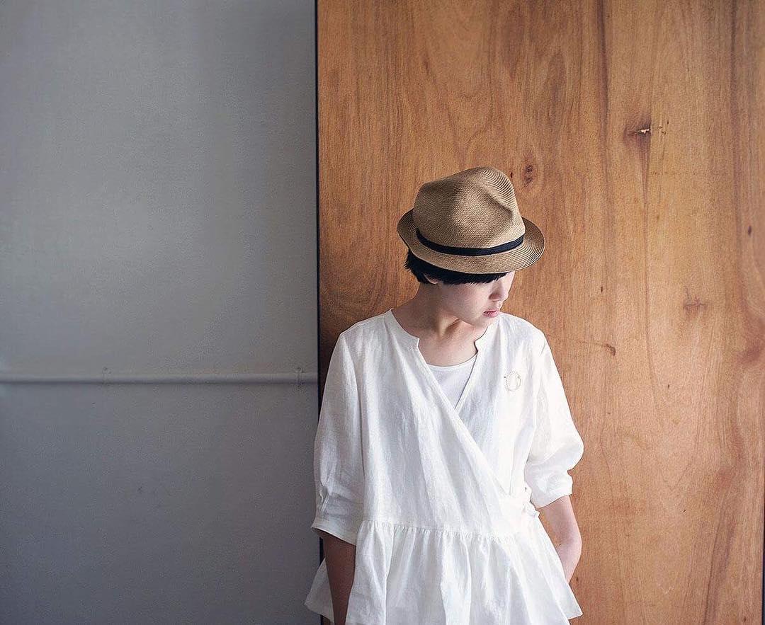 Mature Ha. 盒帽 (帽簷寬   4.5 cm)   在炙熱的夏季,一頂能夠遮陽的帽子絕對是為造型加分的必備單品,然而完美又透氣的帽子卻總是可遇不可求。來自神戶的設計師品牌 mature ha.堅持以純手工製作輕便又透氣的紙纖木漿帽款「Box Hat 盒帽」,絕佳的立體感從不同角度觀看都帶著不同表情,4.5 公分的帽簷遮陽剛剛好。