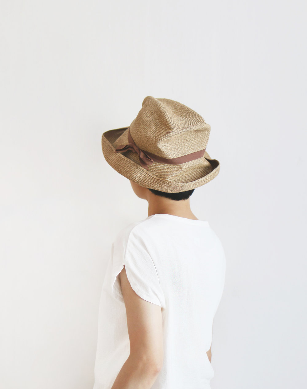 Mature Ha. 盒帽 (帽簷寬 11 cm)   職人手工打造的「盒帽」,將能夠自由塑形摺壓的紙纖帽款收納在一個紙盒當中,成為輕便又好攜帶的帽款。較寬的帽簷若是稍微往上翻起,就能一改俐落線條,以邊緣翻折的巧思帶來趣味性。