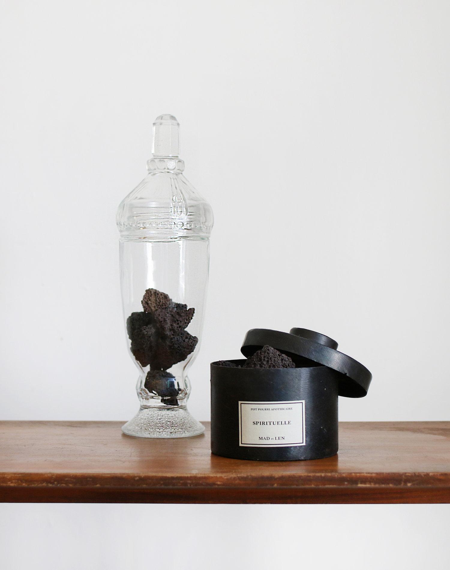 MAD et LEN 黑鐵火山岩擴香 薄荷   打開圓形黑鐵罐的蓋子,宛如碾碎一把薄荷的新鮮香氣立刻撲鼻而來,輕輕搖動著昏沈的靈魂,將一整日的疲憊都驅散了。