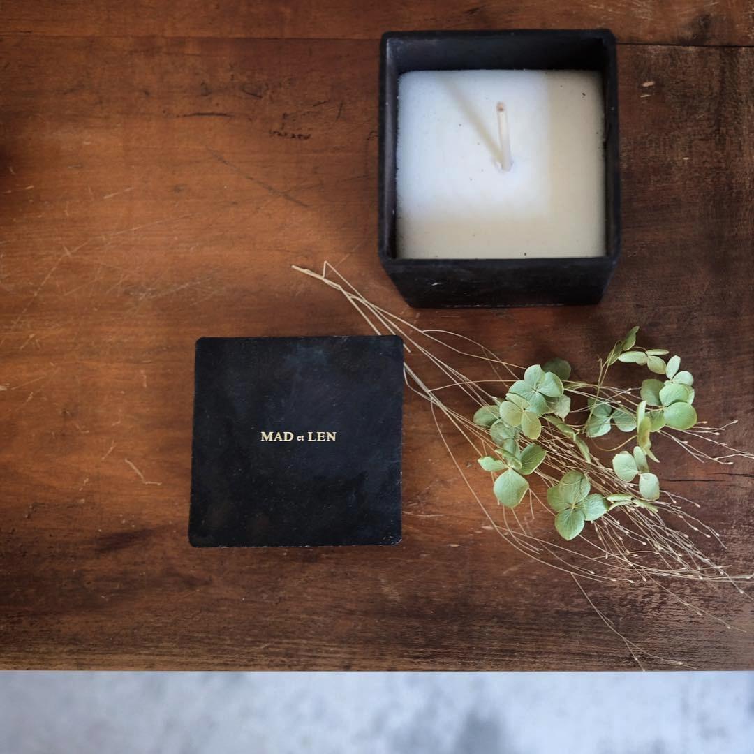 MAD et LEN - 來自法國南邊的香氛品牌 Mat et Len,是創始人 Alexandre Piffaut 夫婦的旅行筆記。他們將宛如老照片般的旅途印象定格,並以香氣捕捉紀錄,存封在雋永手工黑鐵罐當中。挑選的撒哈拉沙漠火山岩,則將天然精油緊緊抓住,持續地向整個空間釋放出迷人的香氣。