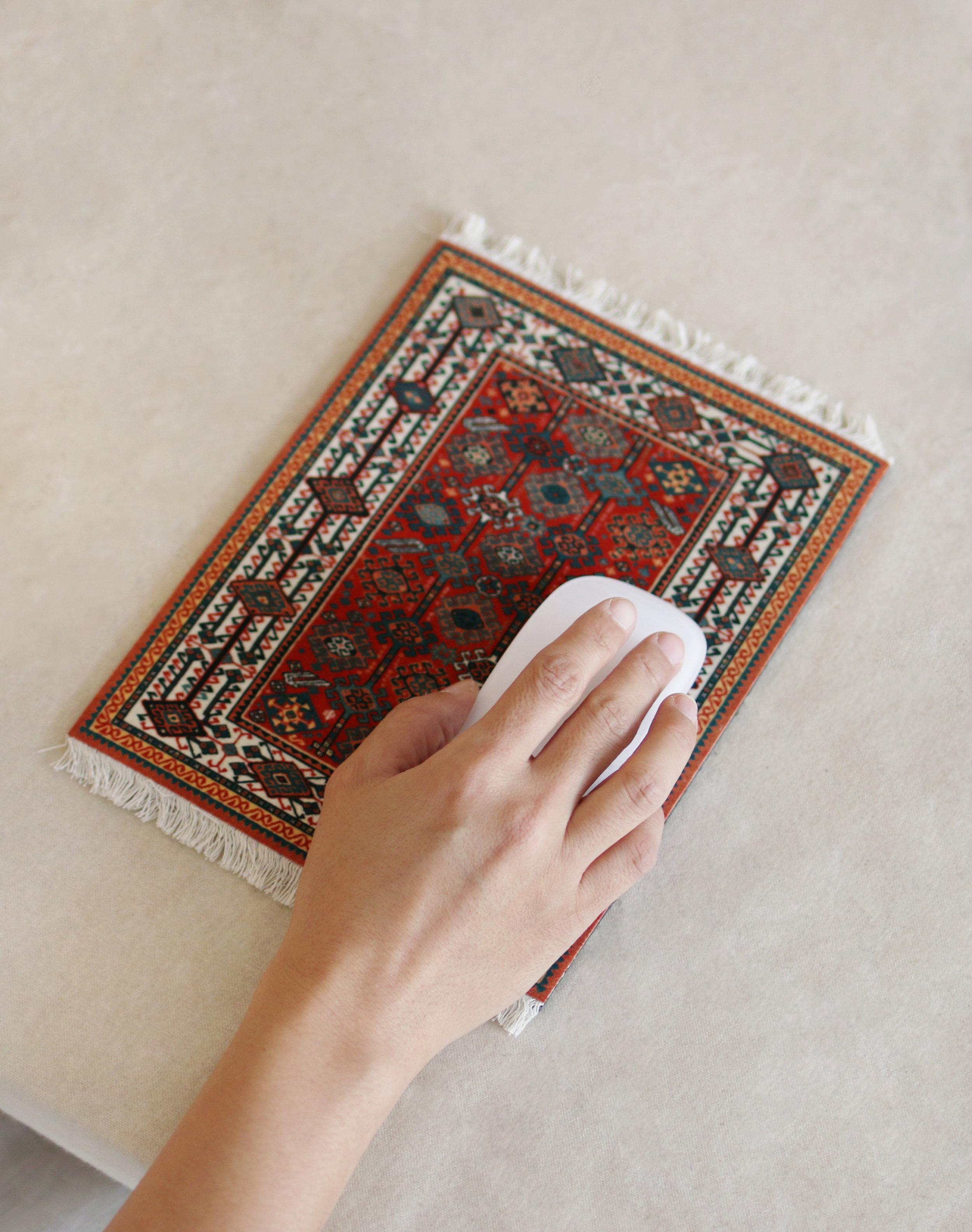 19 世紀波斯地毯滑鼠墊   擁有兩千多年歷史的波斯地毯,集優雅圖紋與細膩手工於一身,因此成為藝術收藏家們憧憬嚮往的逸品。 這一款滑鼠墊,能將世界遺產的一隅搬至你的桌前。以專利 Lextra 纖染尼龍植絨面層,搭配上天然橡膠 製作的防滑底,讓這一款經典藝術品也能為你確保滑鼠路徑的精確性。