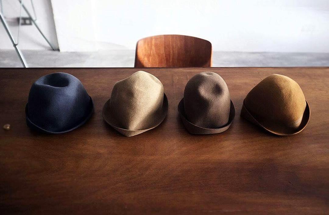 Mature Ha. 自由帽Free Hat   Mature Aa. 秋冬經典的 free hat 有著適當的厚度和張力,可以輕鬆拉出帽簷弧度和帽子頂端的角度,透過帽子的自由塑形和豐富色彩的搭配,展現個人風格。