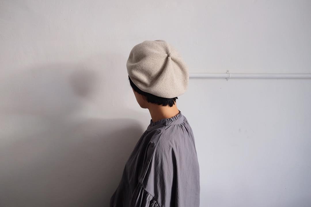 Mature Ha. 暖心純羊毛貝蕾帽   源起於15世紀的貝蕾帽,一開始是法國西南部牧羊人戴著工作的,到了20世紀中期後被沿用到軍隊中作為制服的一部分,經過多少年代都依然是人氣定番的帽款。日本神戶 Mature Ha. 的貝蕾帽,有著自然的弧度和澎度,各種長度的髮型皆適合搭配,還有豐富的顏色選擇。
