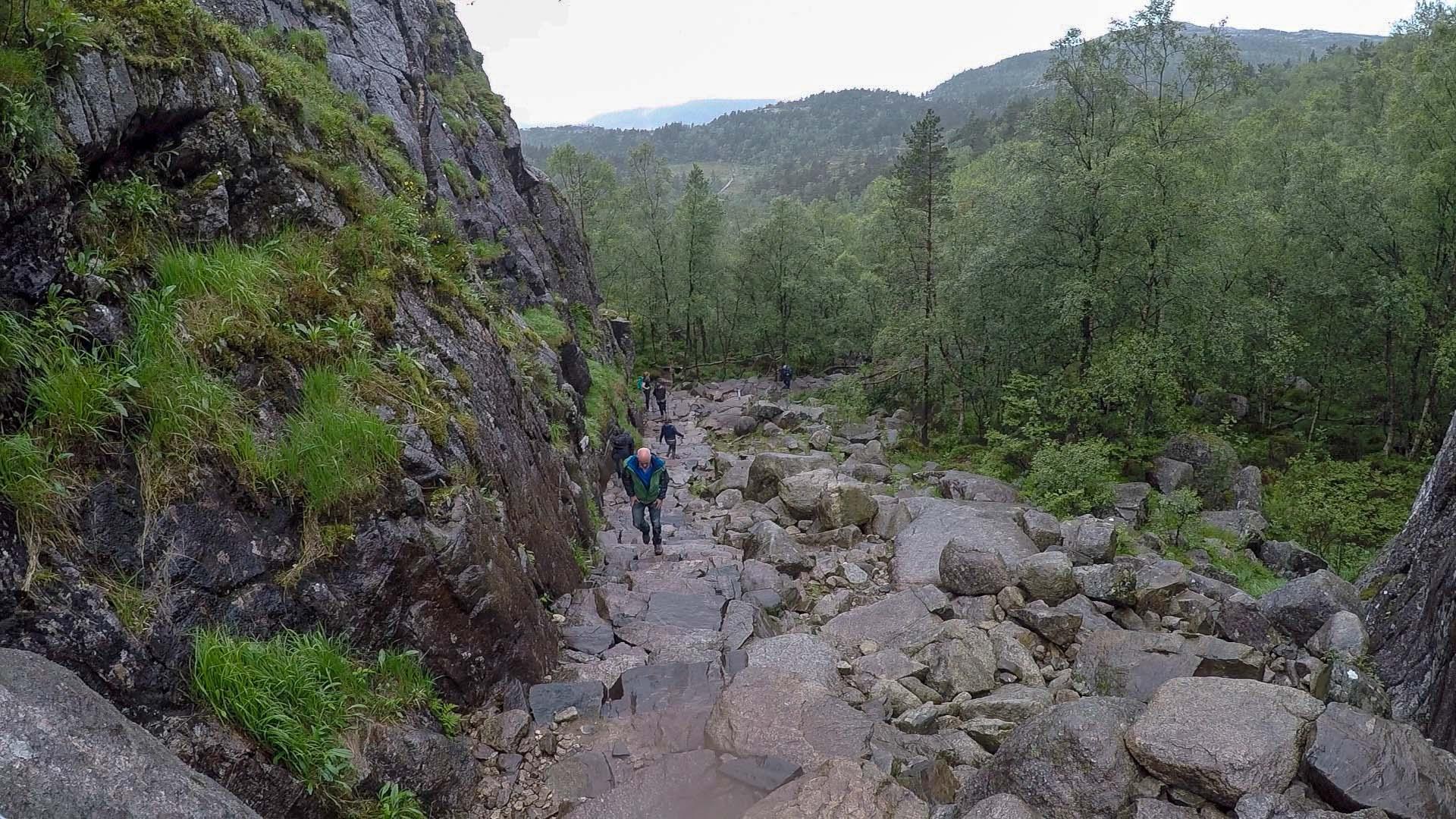 不足半公里的陡坡以接近九十度的斜率急攀過百米的高度,「哭坡」之名真的當之無愧!