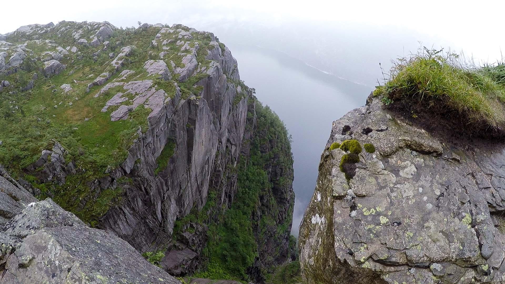 越來越接近聖壇岩,山路的一旁已經變成懸崖峭壁