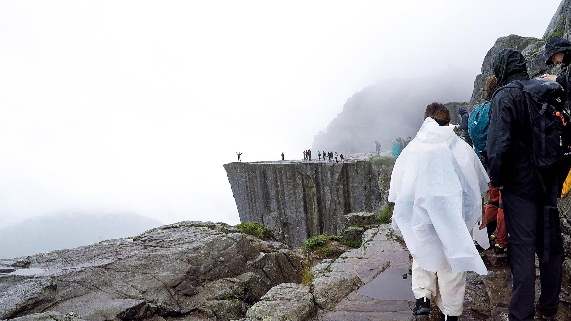 攀山涉水兩小時多,聖壇岩與我終於是近在咫尺的距離了!這邊開始堆積人群等候到經典打卡位置拍照留念。