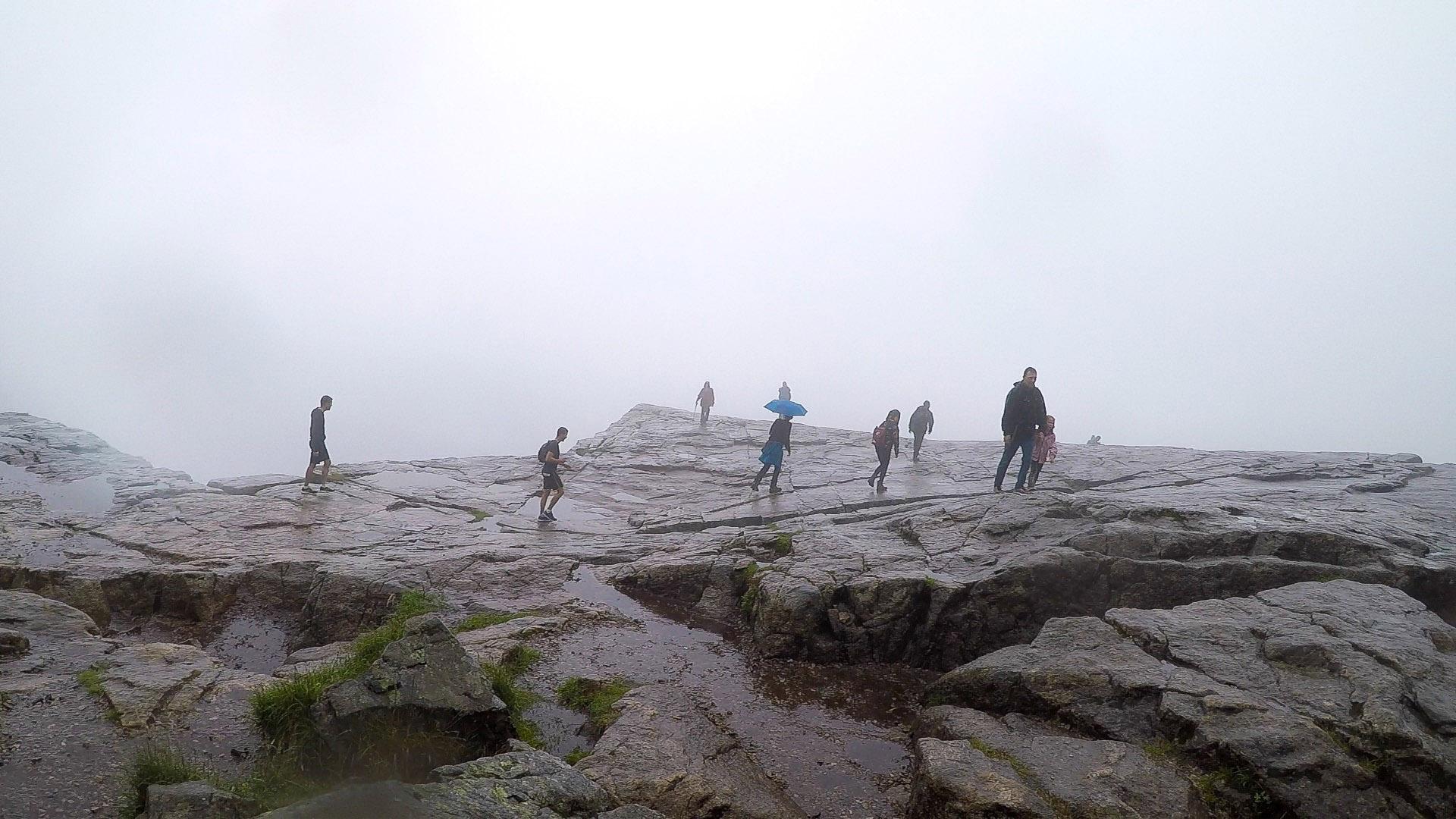 不說也沒人知道這是聖壇岩,也沒有人知道峭壁下是600多米的峽灣。