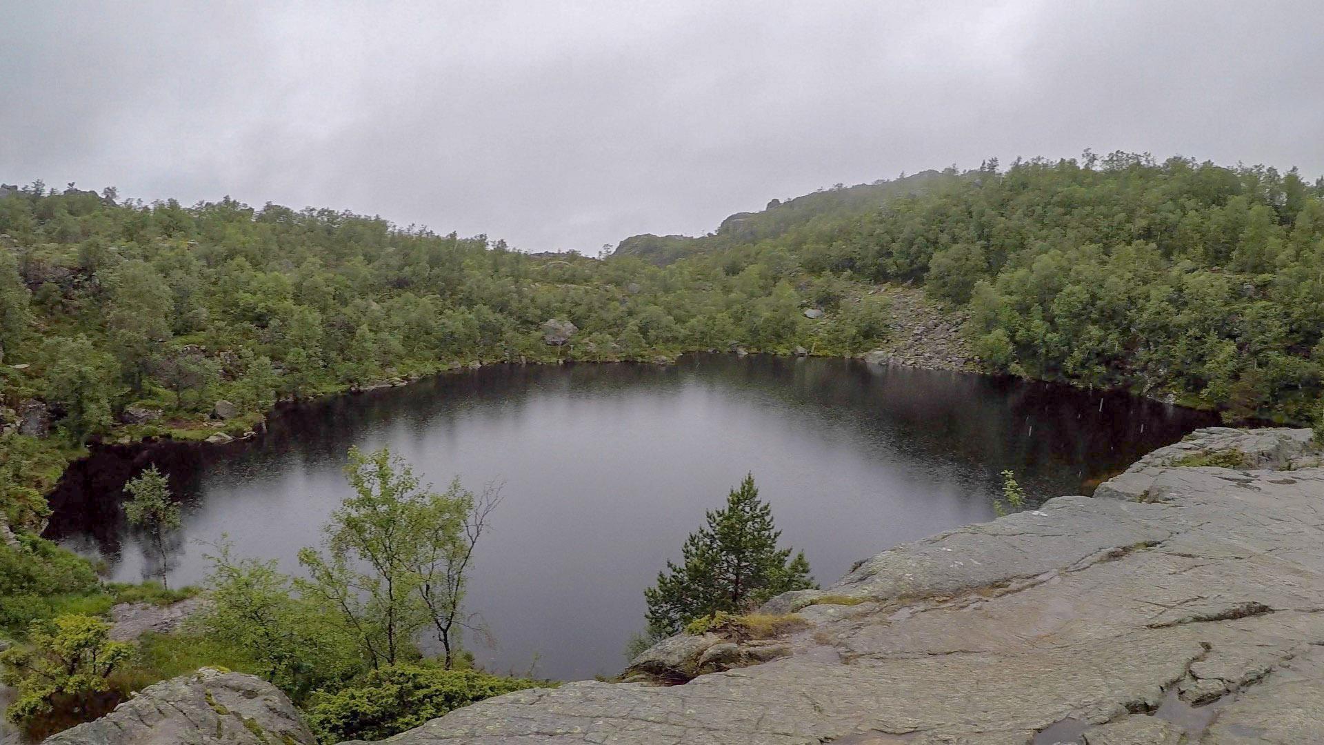 經過這個天然湖泊時還笑稱是當天下雨貯成的。天晴的時候映著藍天該也很美吧?