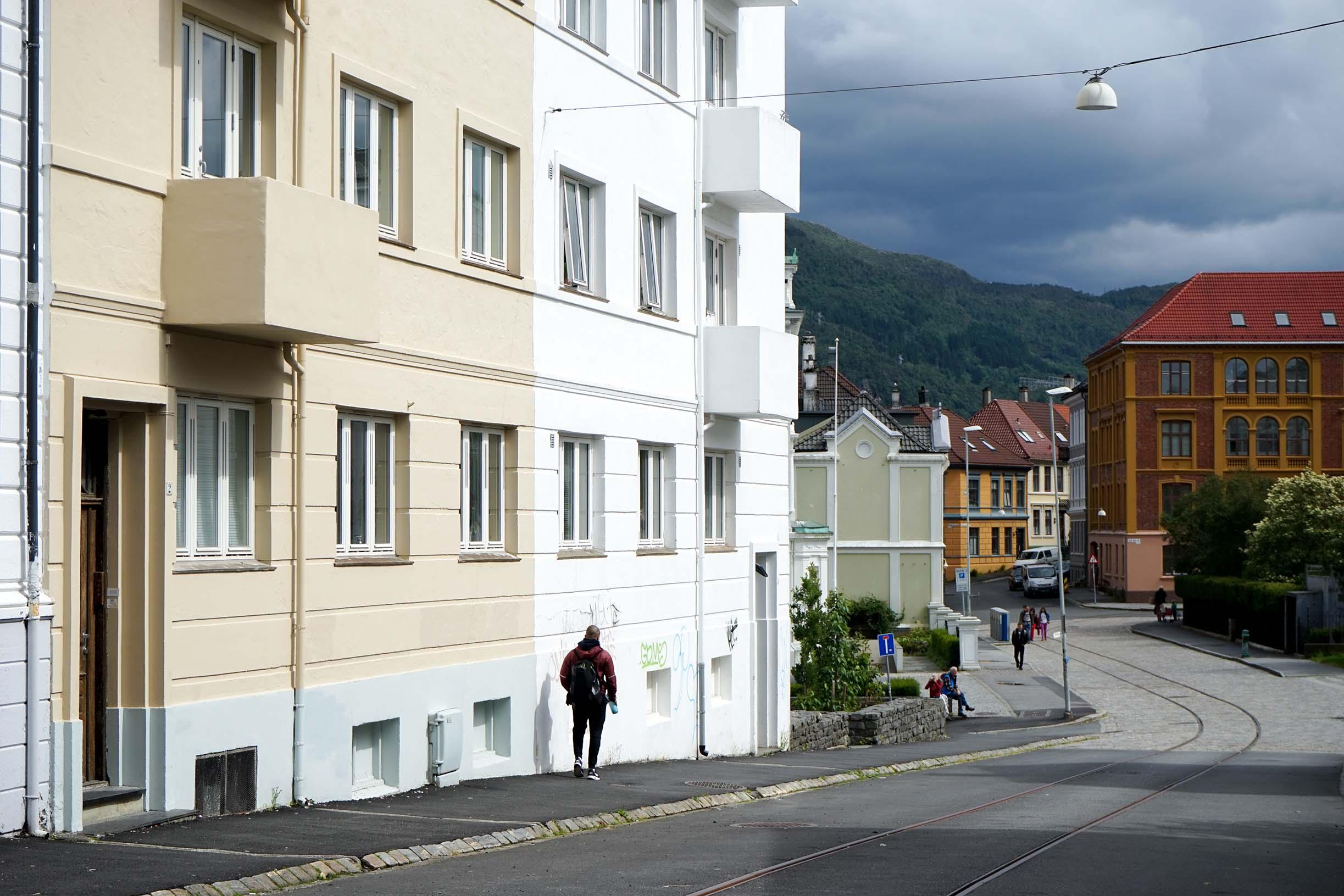 兩旁設計簡潔的矮房都漆上活潑亮麗的顏色,即便天色陰暗仍然亮眼。