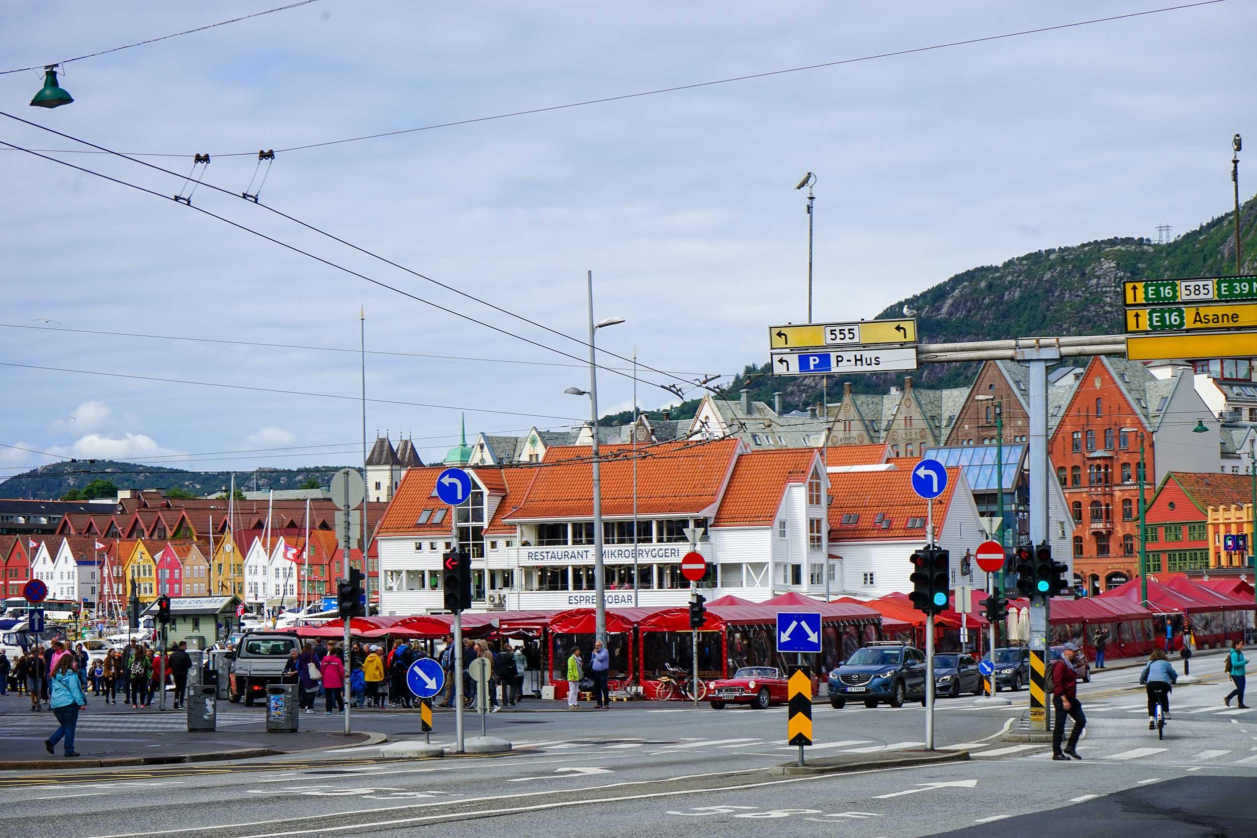 再向前走便是卑爾根的心臓地帶,馬路對岸並列數排紅色帳幕的小食攤檔。