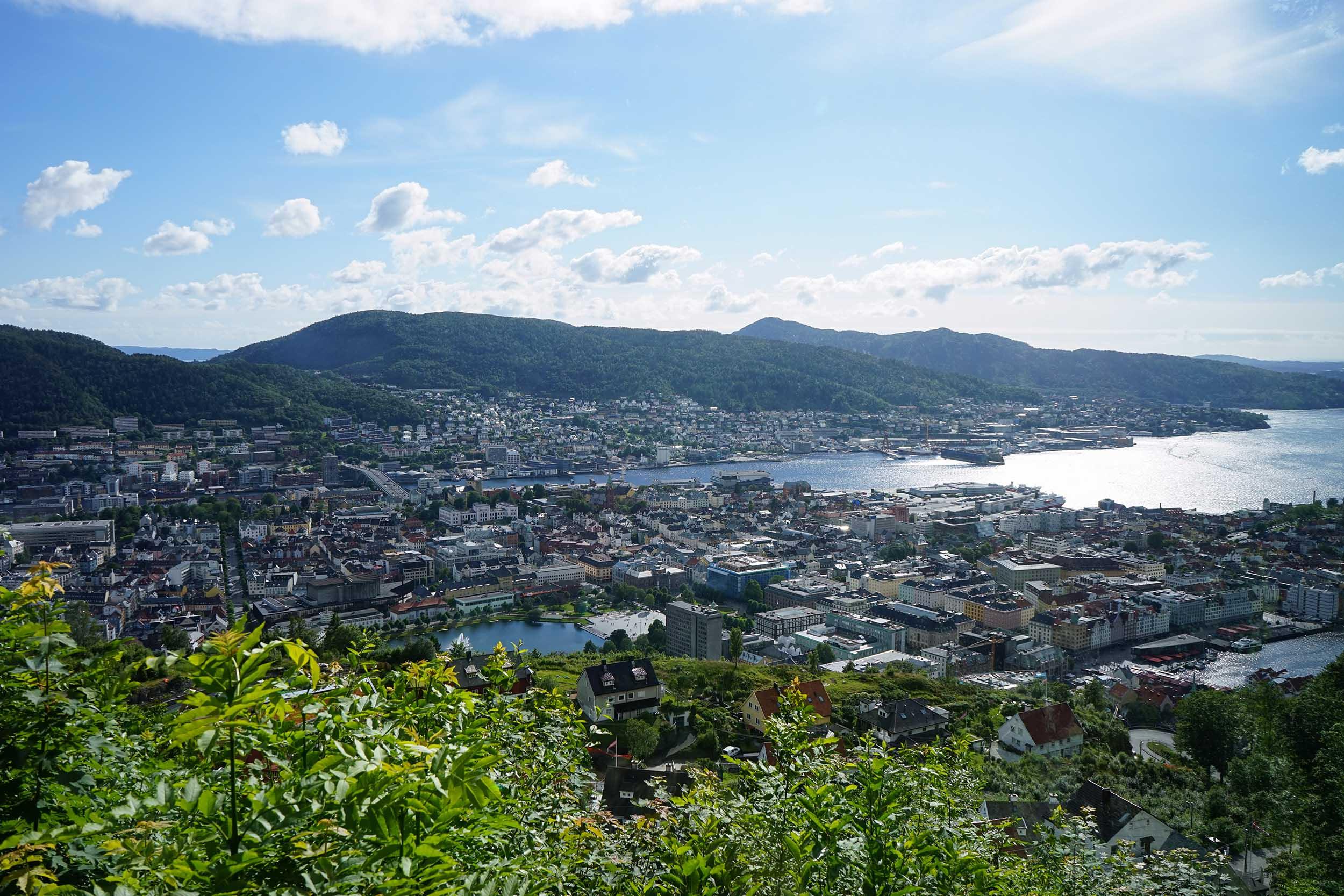 山上的觀景台可以眺望整個城市明媚的風光。有人發現老天大發慈悲,天空放晴了嗎?