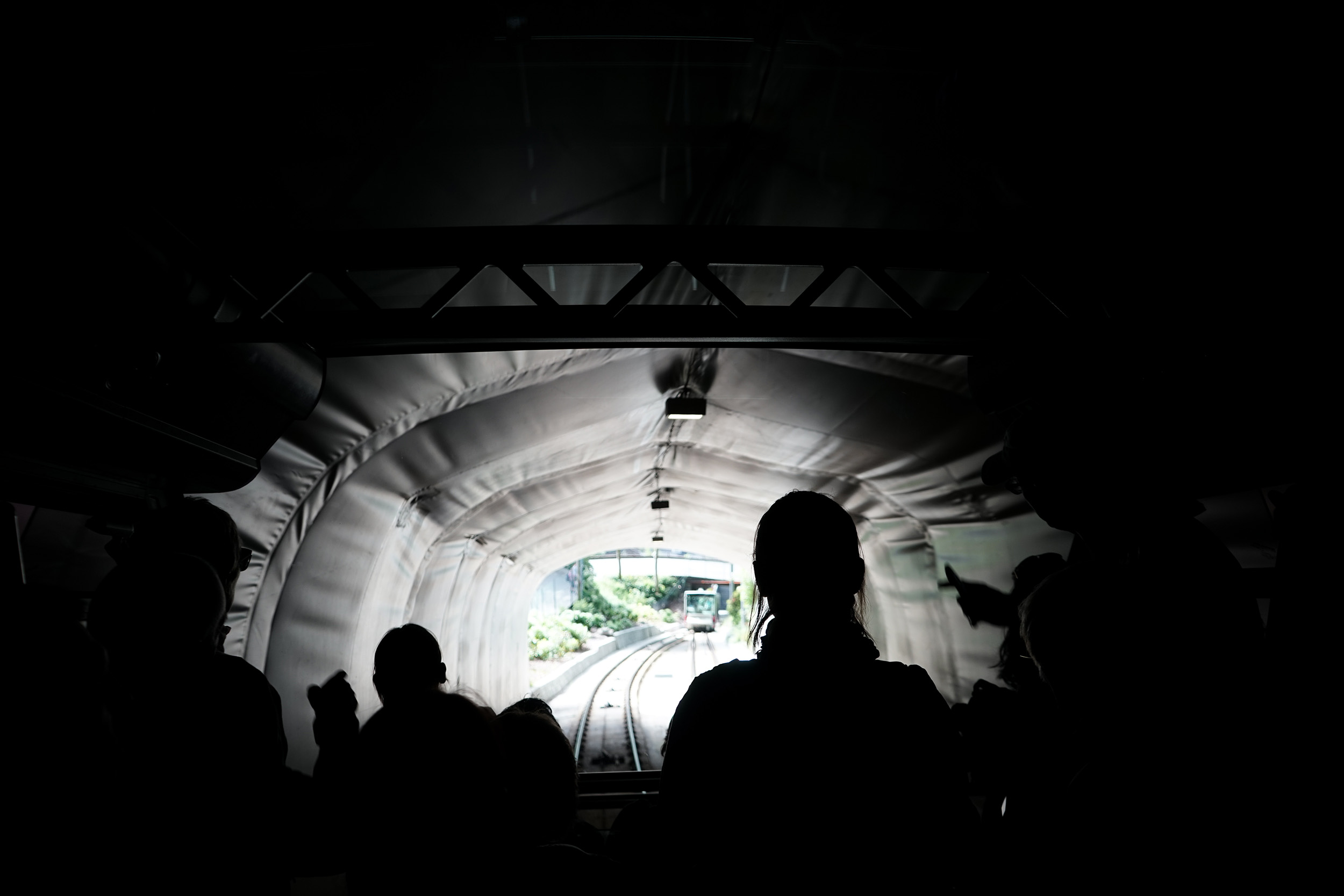 經過「小隧道」重見光明時,城市的樓房頓時變得模型般細小。