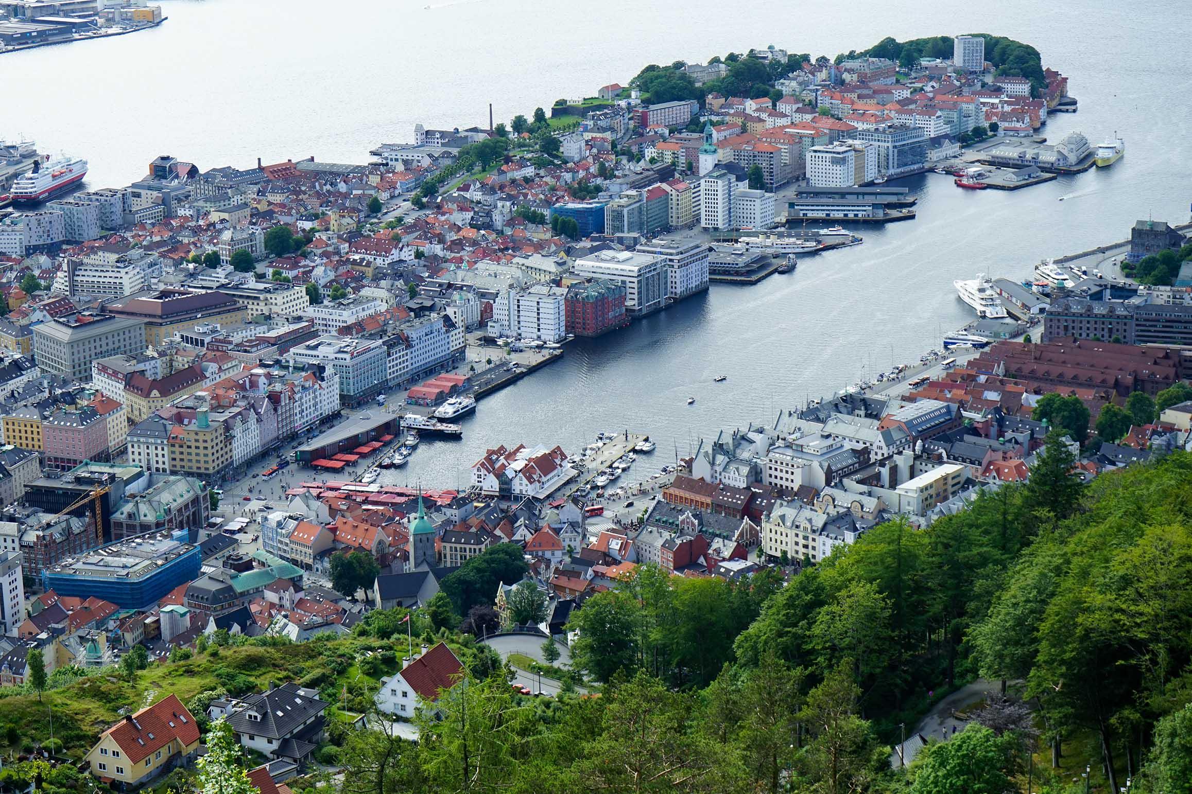 站在高處更能感受卑爾根被群山包圍和銜接峽灣港口的獨特之處。