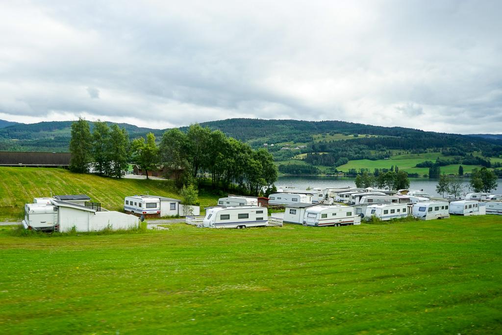 不少Camping truck泊在湖畔享受著美景,好不寫意呀!