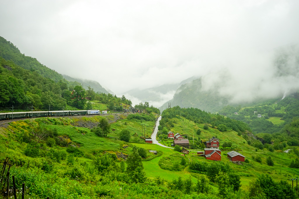 雲層如一縷輕煙在低空流過,矮矮的樓房散落在山腳旁。