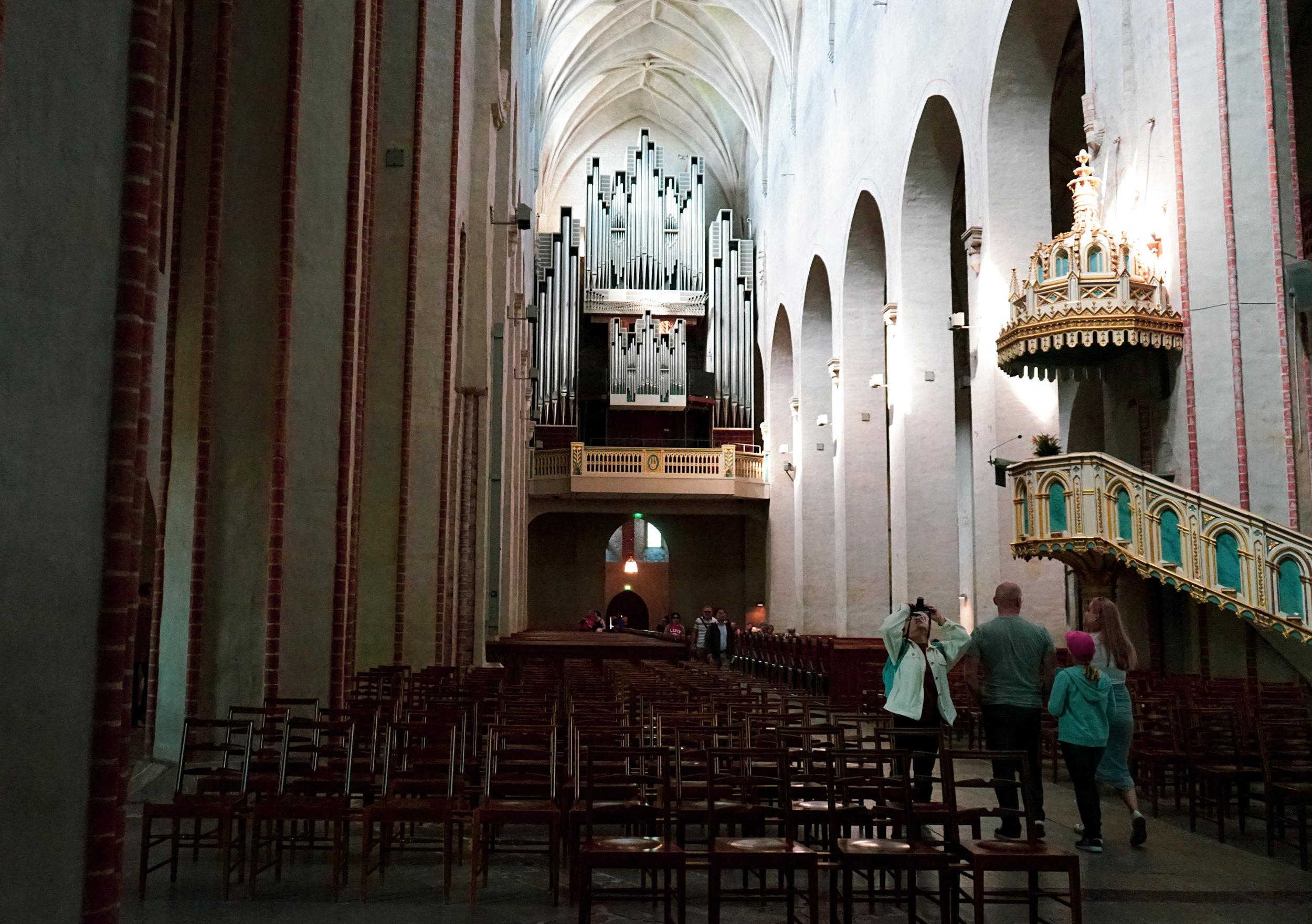 在河畔旁的哥德式土庫大教堂是著名地標之ㄧ,跟西歐浮誇艷麗的教堂相比,土庫教堂盡顯清幽古樸風味。