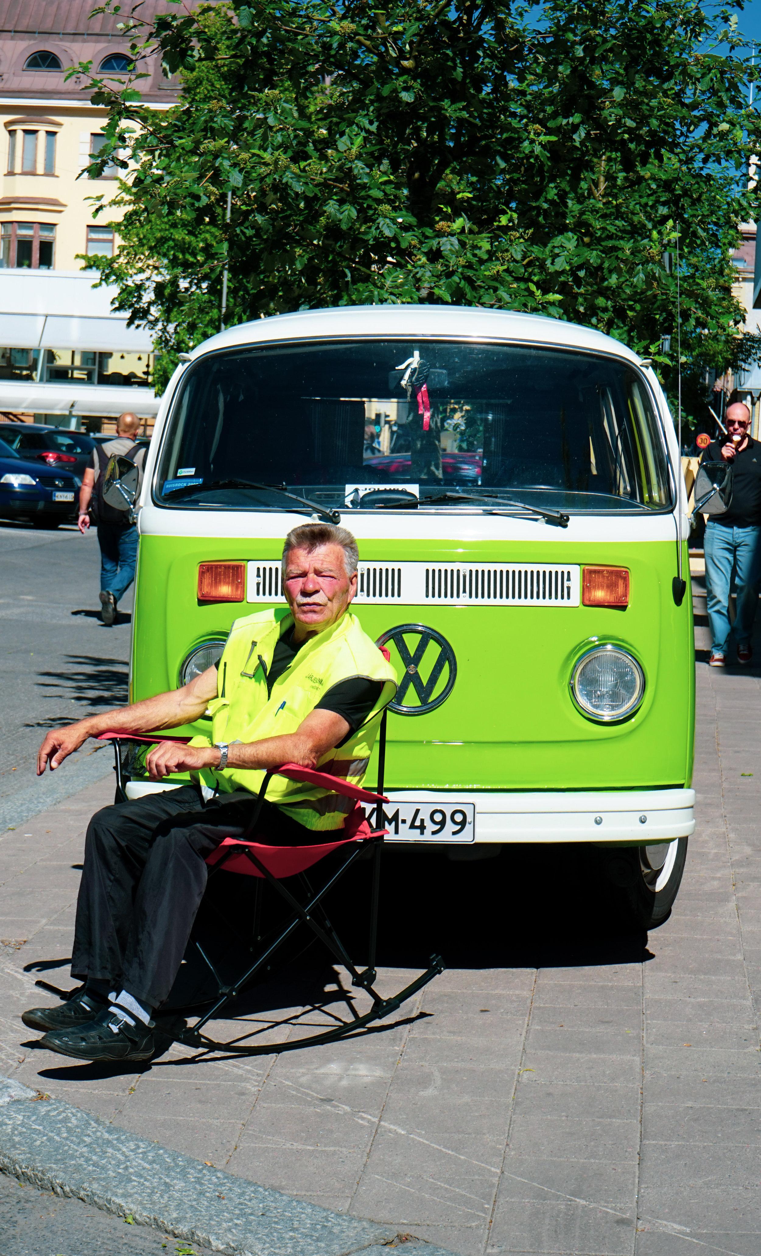 復古味濃的麵包車與坐在前方的司機老伯剛巧都是一身翠綠色,相映成趣。老司機的樣子還有點像Up!中的老伯呢!