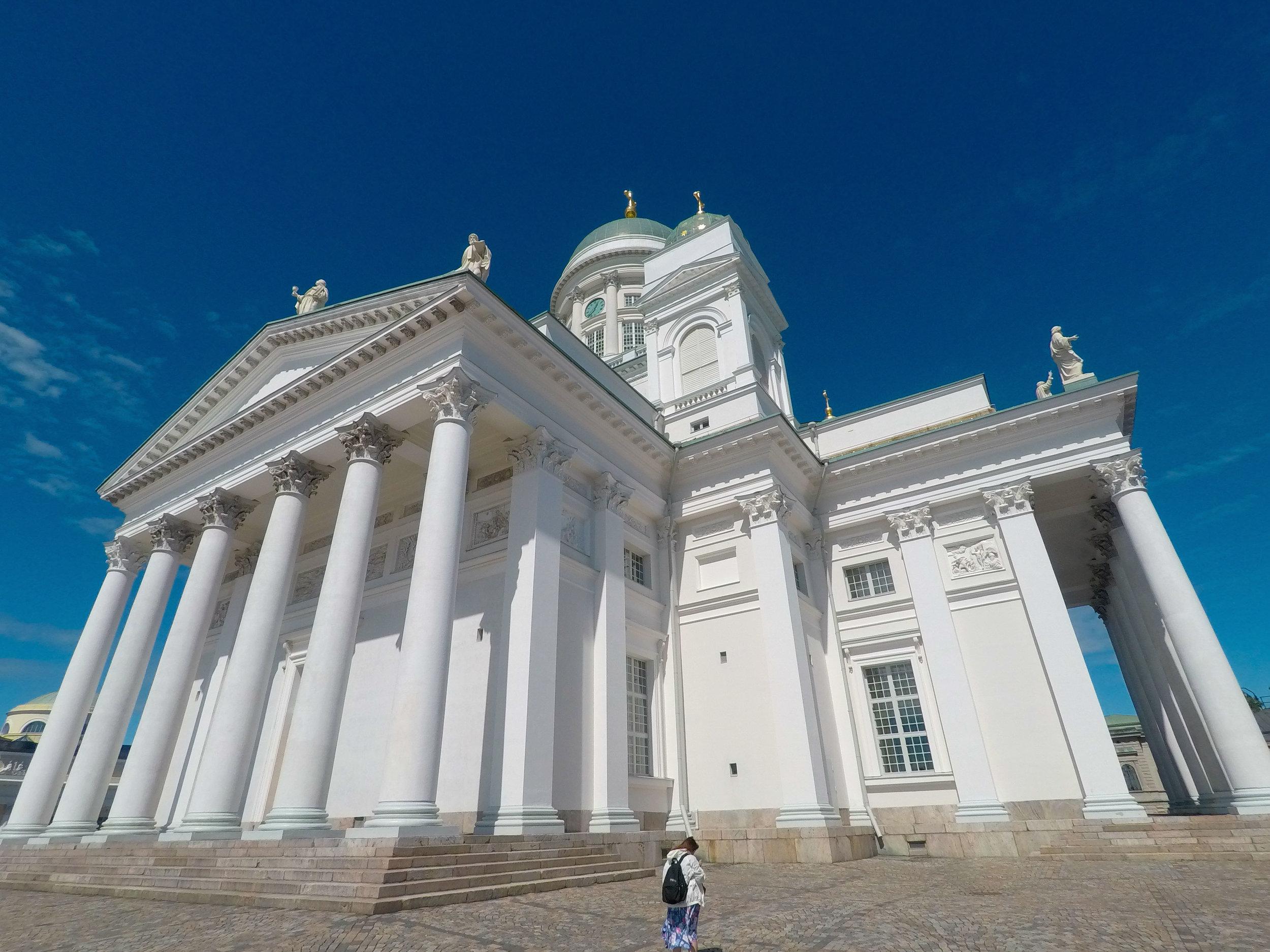 芬蘭的仲夏,藍天映襯出赫爾辛基大教堂的雪白無瑕。