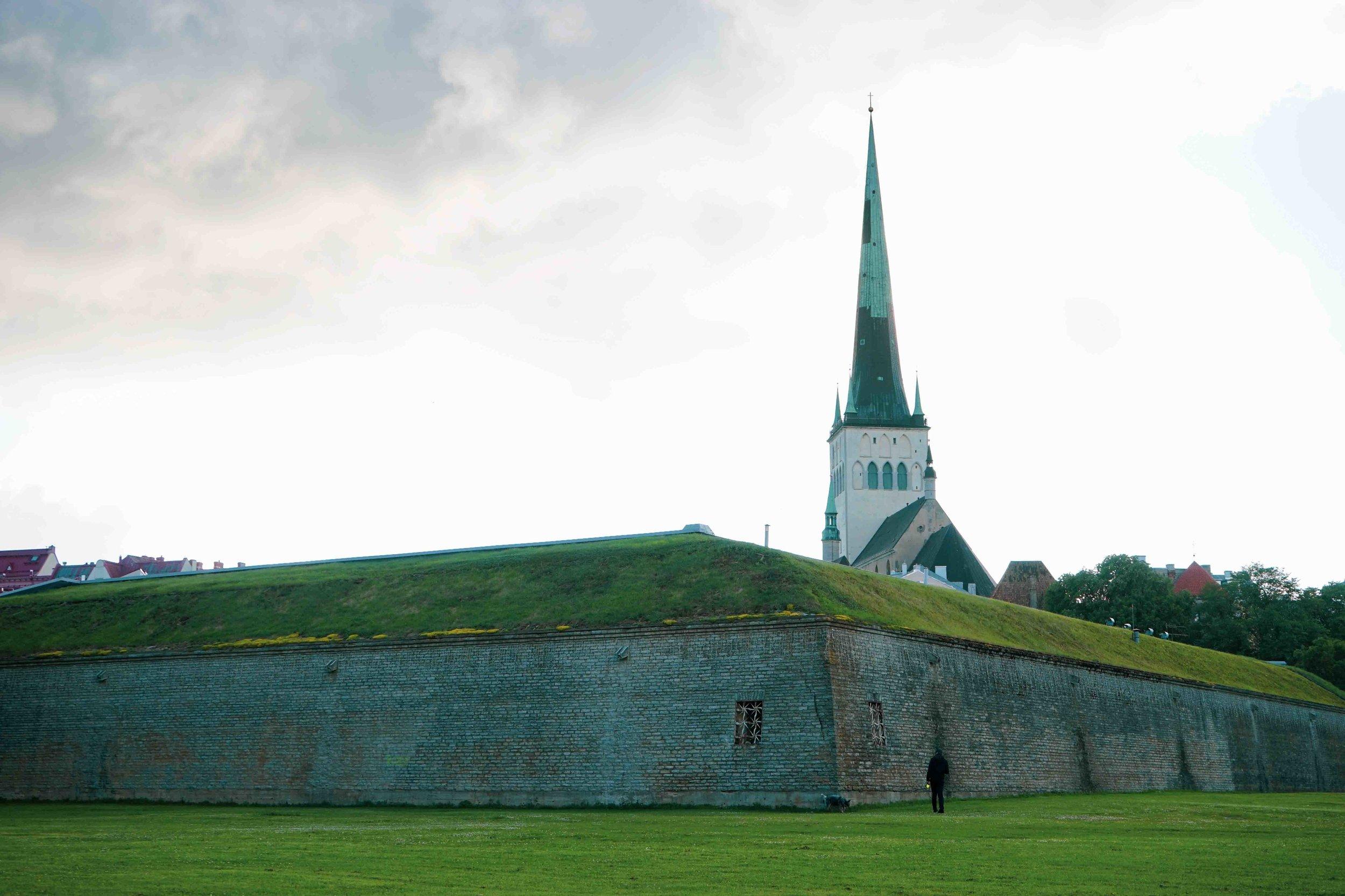 準備回碼頭前,在另一個角度看到了St Olaf's 教堂。這時天色便開始轉陰,感謝天公造美,讓我們感受愛沙尼亞放晴的一天。