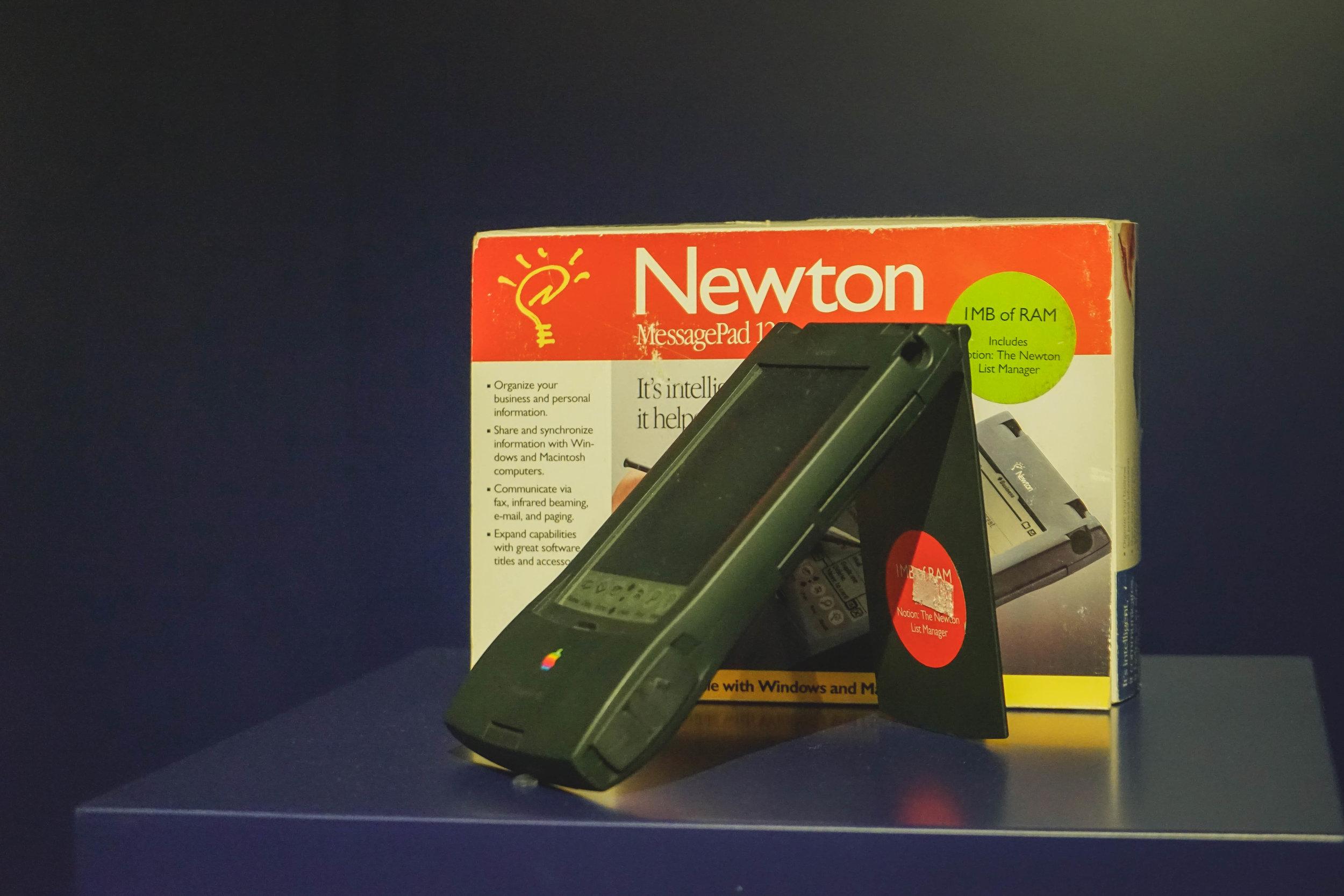 想不到,連科技巨擘蘋果也有失敗的一天。在1995年推出的掌上電腦Newton,是當時首部有手寫功能的掌上電腦,由於售價高昂而不能普及。很快便被教主Steve Jobs叫停生產。不過現在看來,只是Newton走在潮流尖端,世界跟不上吧。現在每個人手中,不都是有部「Newton」嗎?