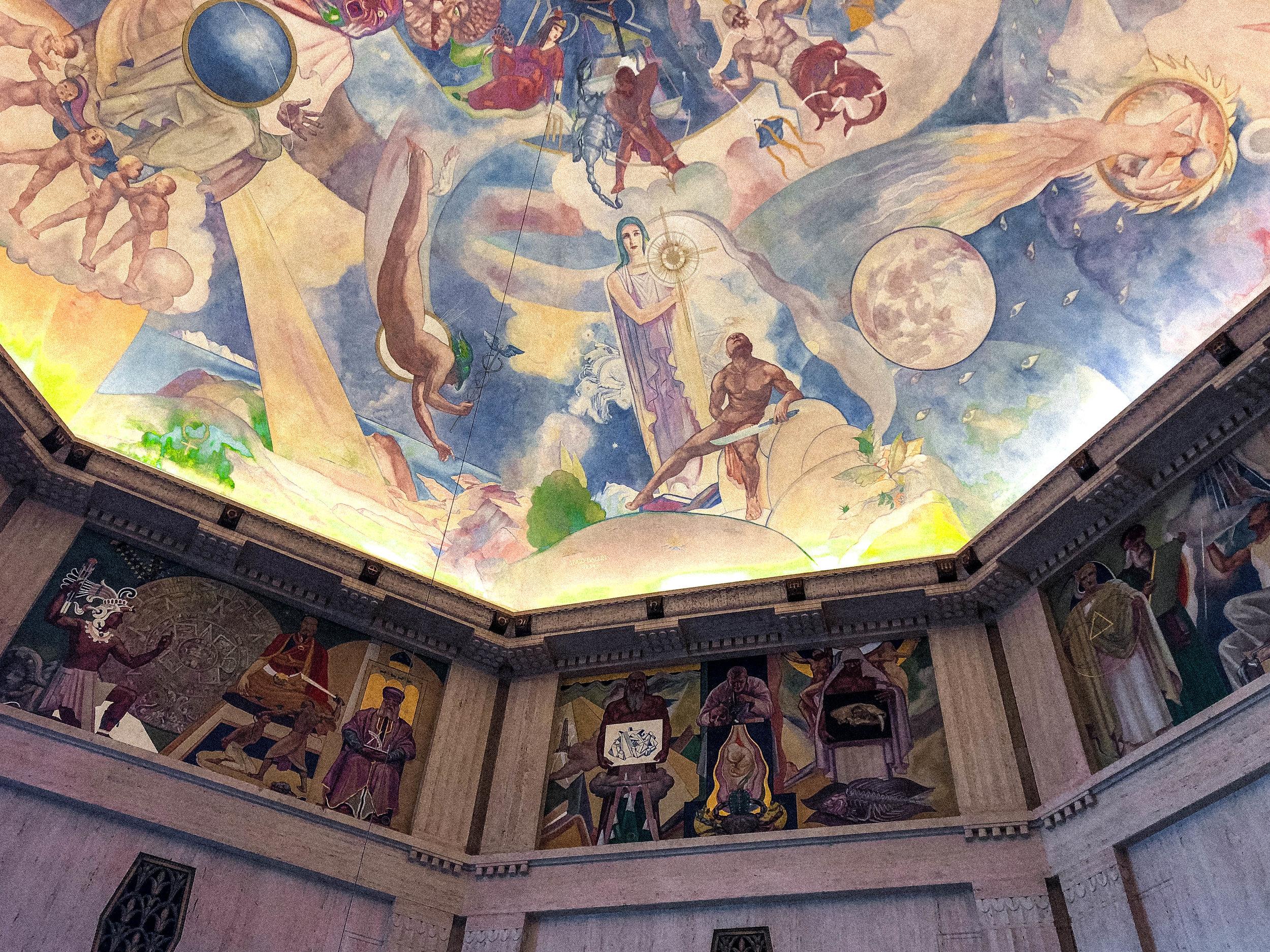 踏進天文台中向上看,圓穹天頂上的大壁畫描繪著神話與天文的故事。