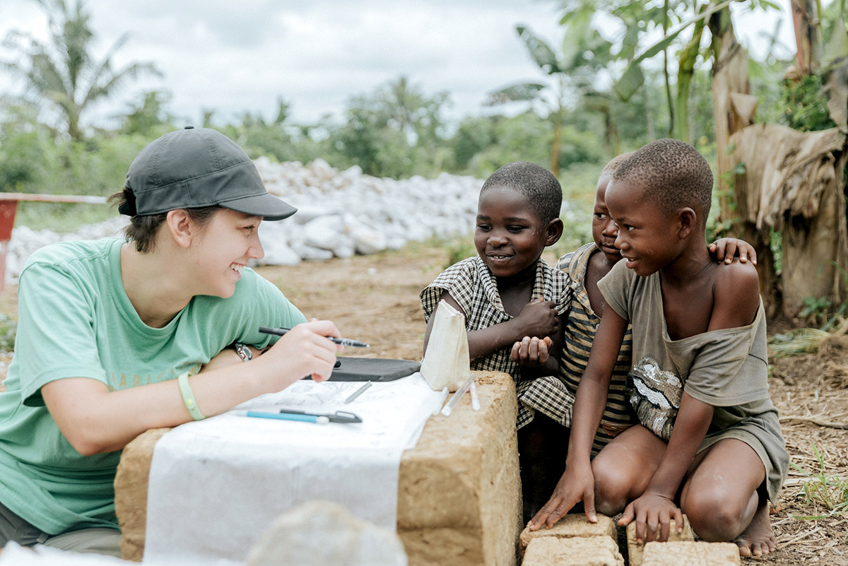 Alumna Ashley Bonawitz with children of Yeboakrom. Photo by Tiffany Ortega