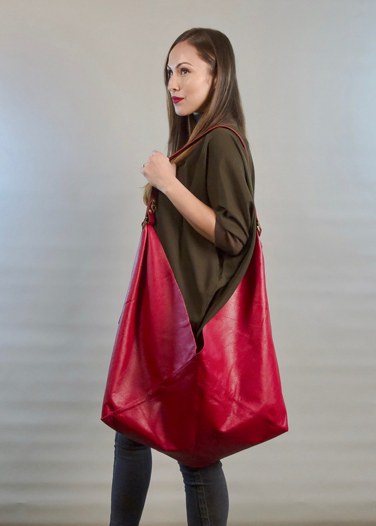 - LARGE LEATHER BAG IN RED W/ WIDE HANDLE IN BURGUNDY