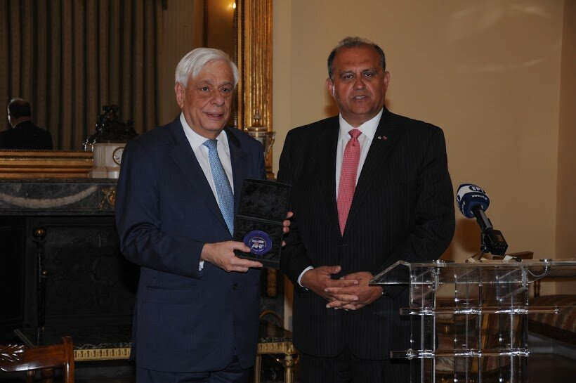 AHI President Larigakis presenting a commemorative memento to President Prokopis Pavlopoulos at the Presidential Palace