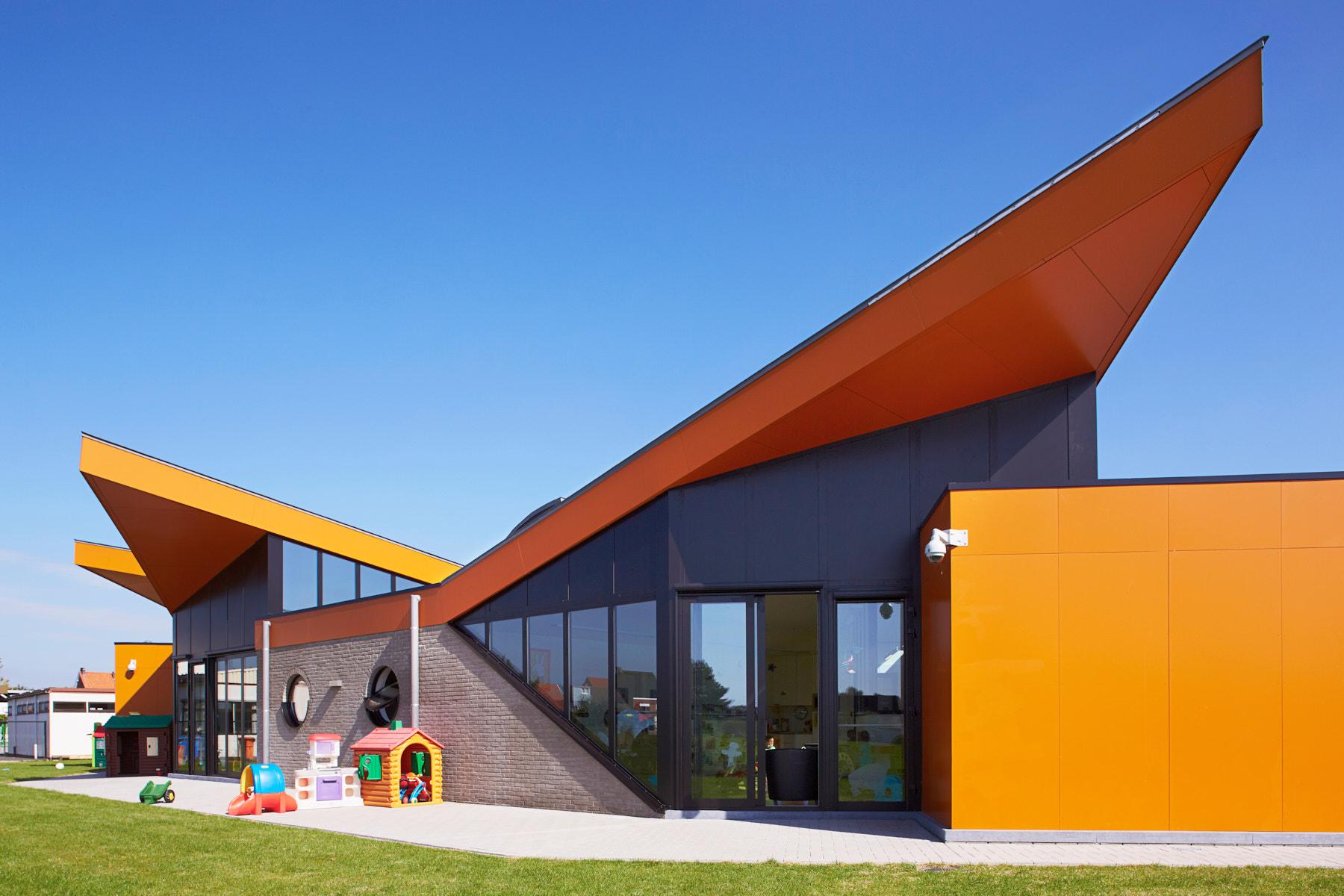 Arendonk | Buitenkant crèche met puntige oranje gevel