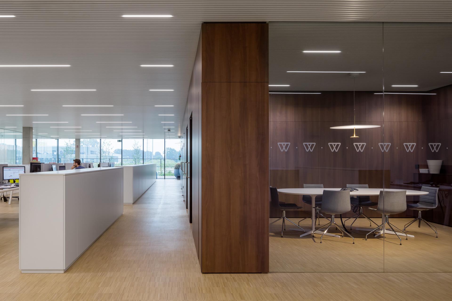 Geel | Interieur open werkplek + vergaderruimte
