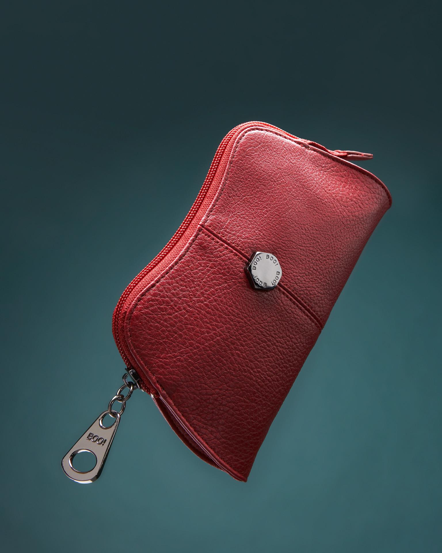 Product foto van rode dames portefeuille met donker metalen sluiting