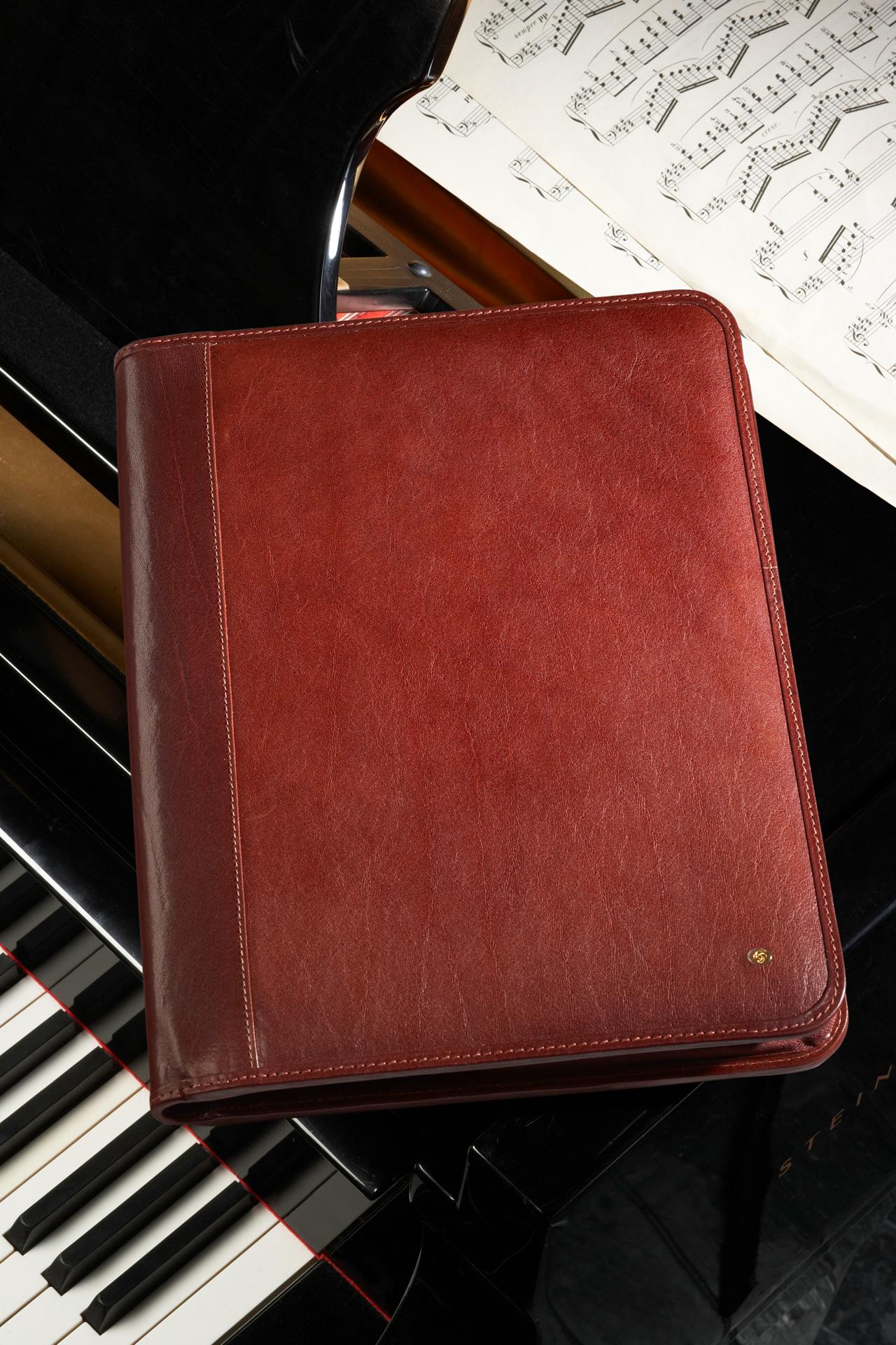 Product foto van lederen map met piano