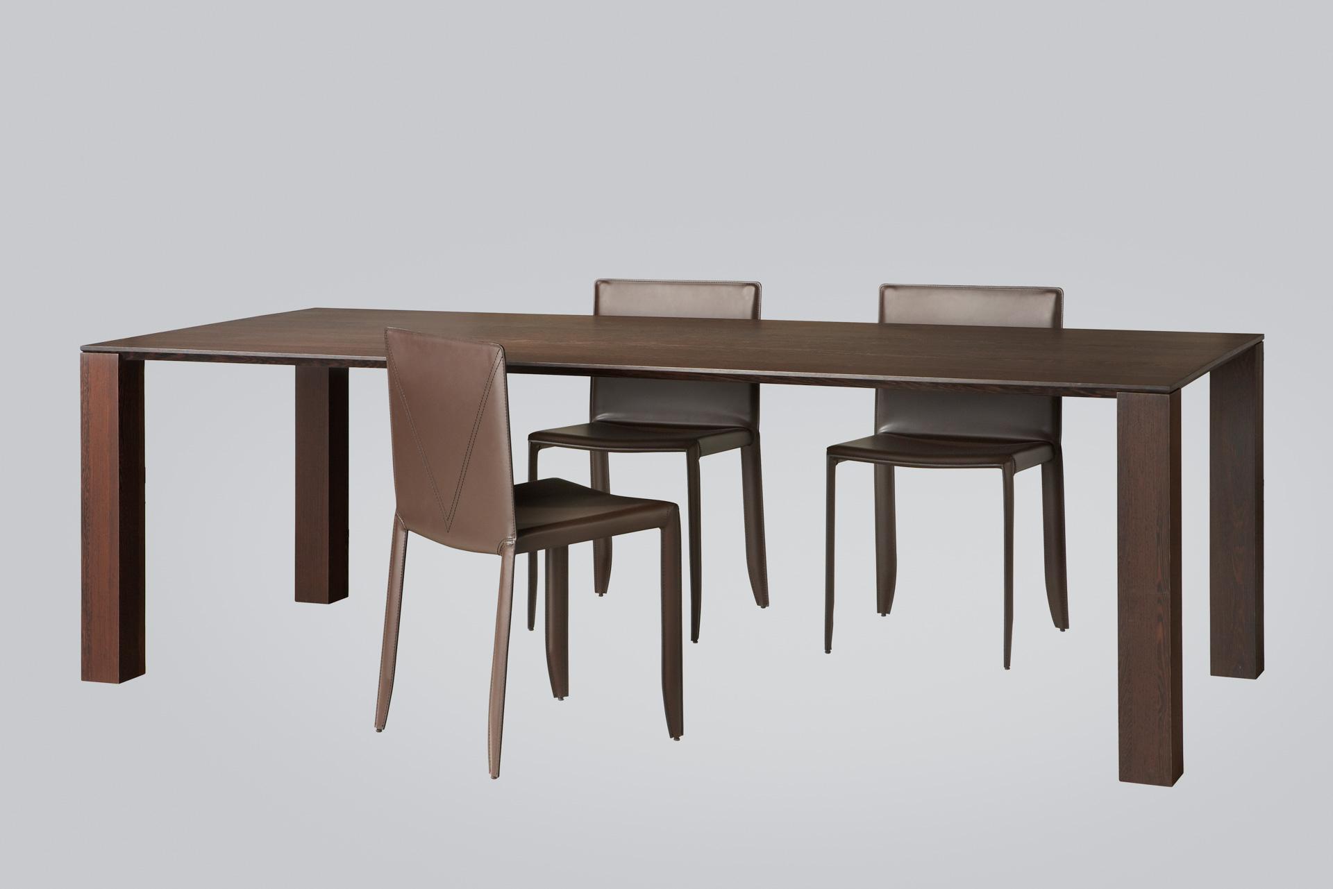 Product foto van grote donkere eettafel met stoelen