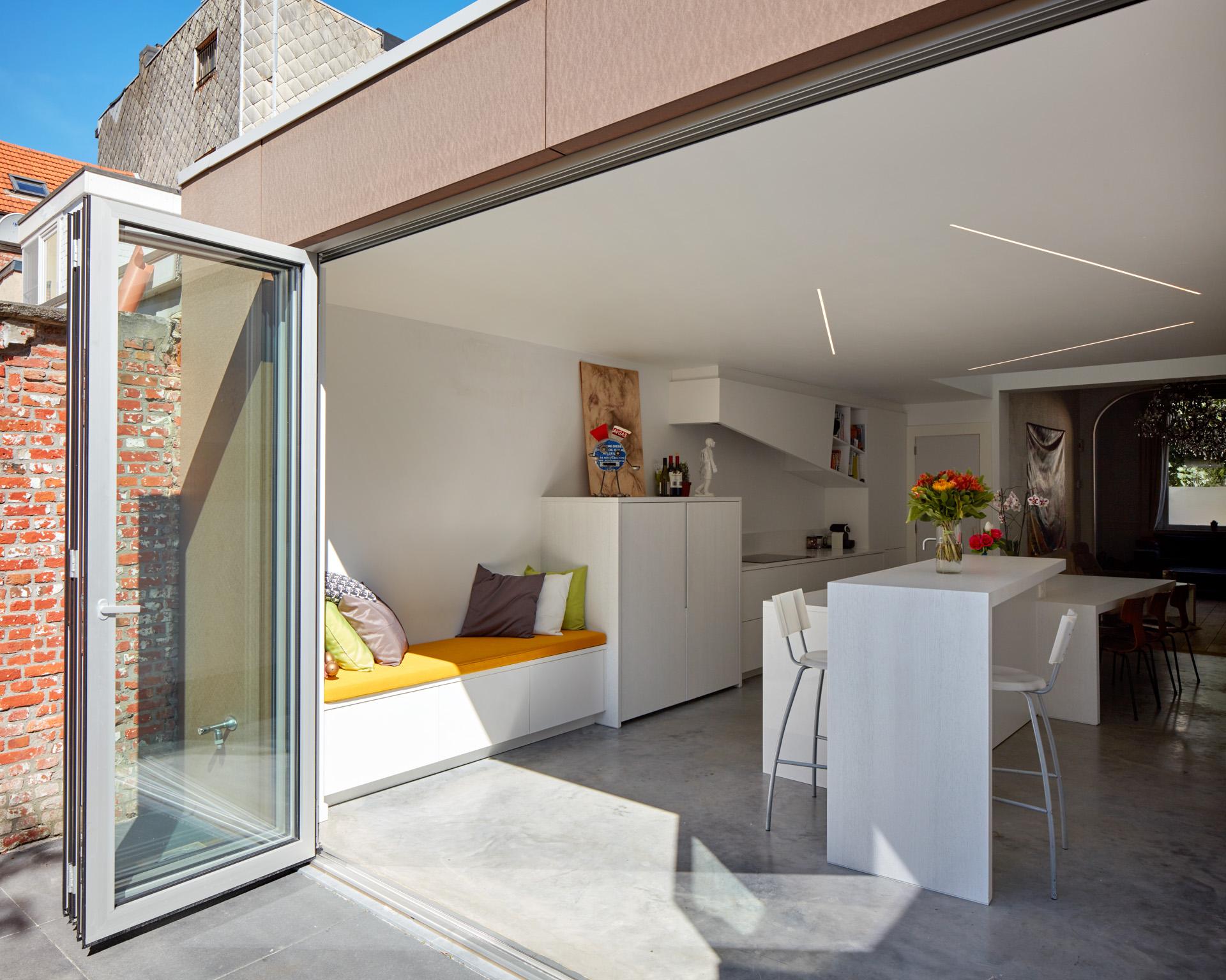 Berchem | Schuifraam opent het zicht vanaf het terras naar de keuken