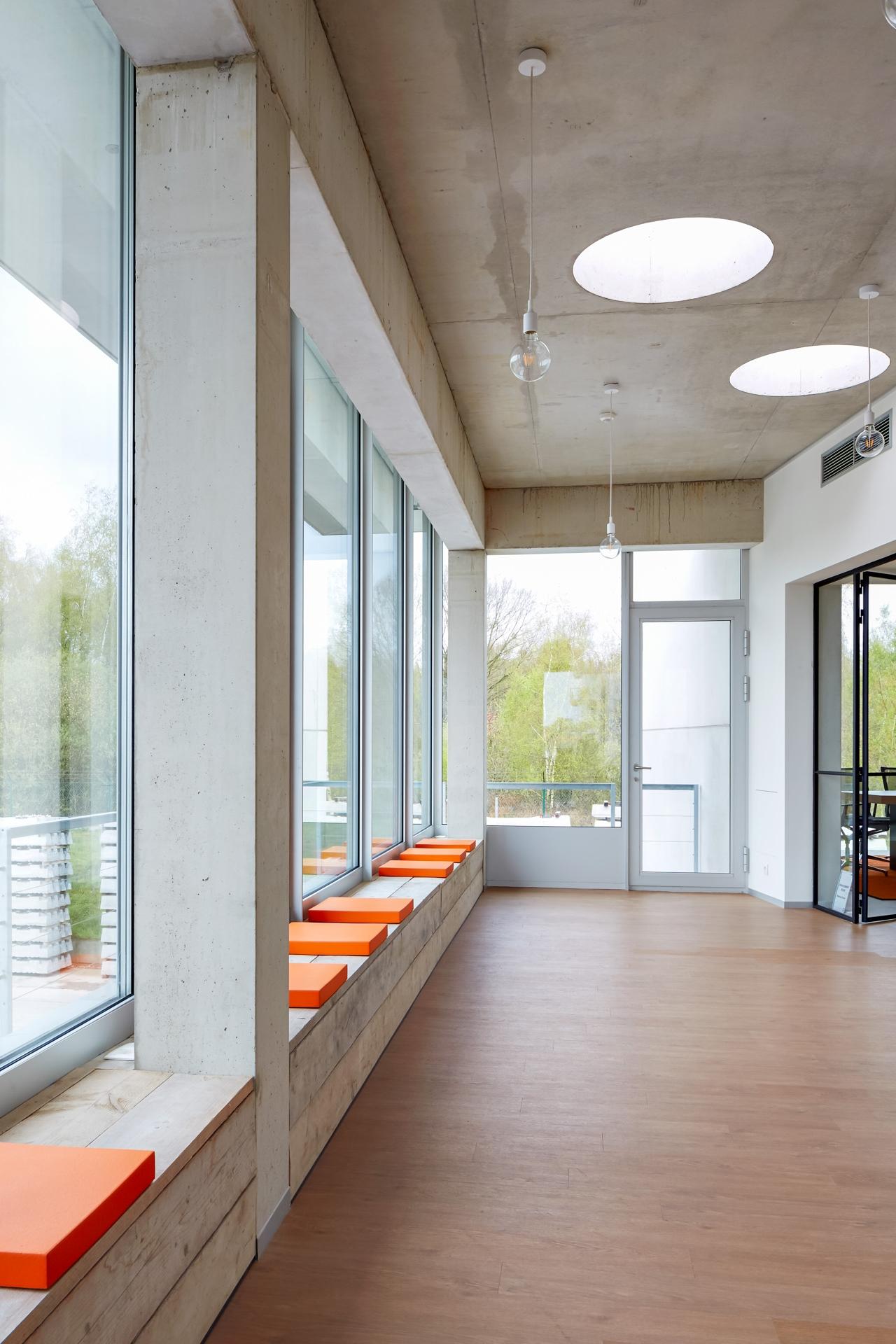 Laakdal | Betonnen interieur met lichtkoepels en zitbank