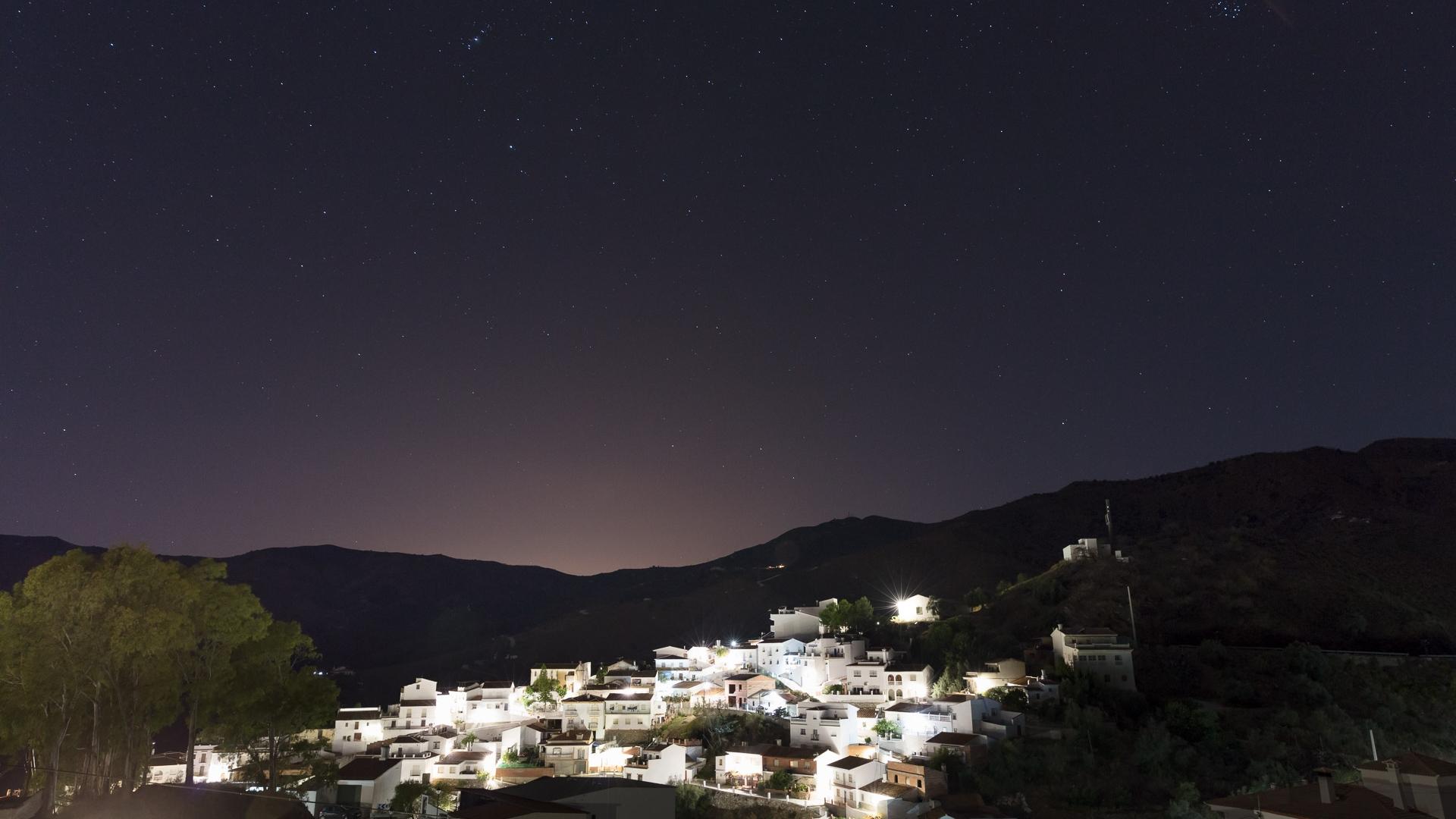 Nachtopname van het dorp El Borge
