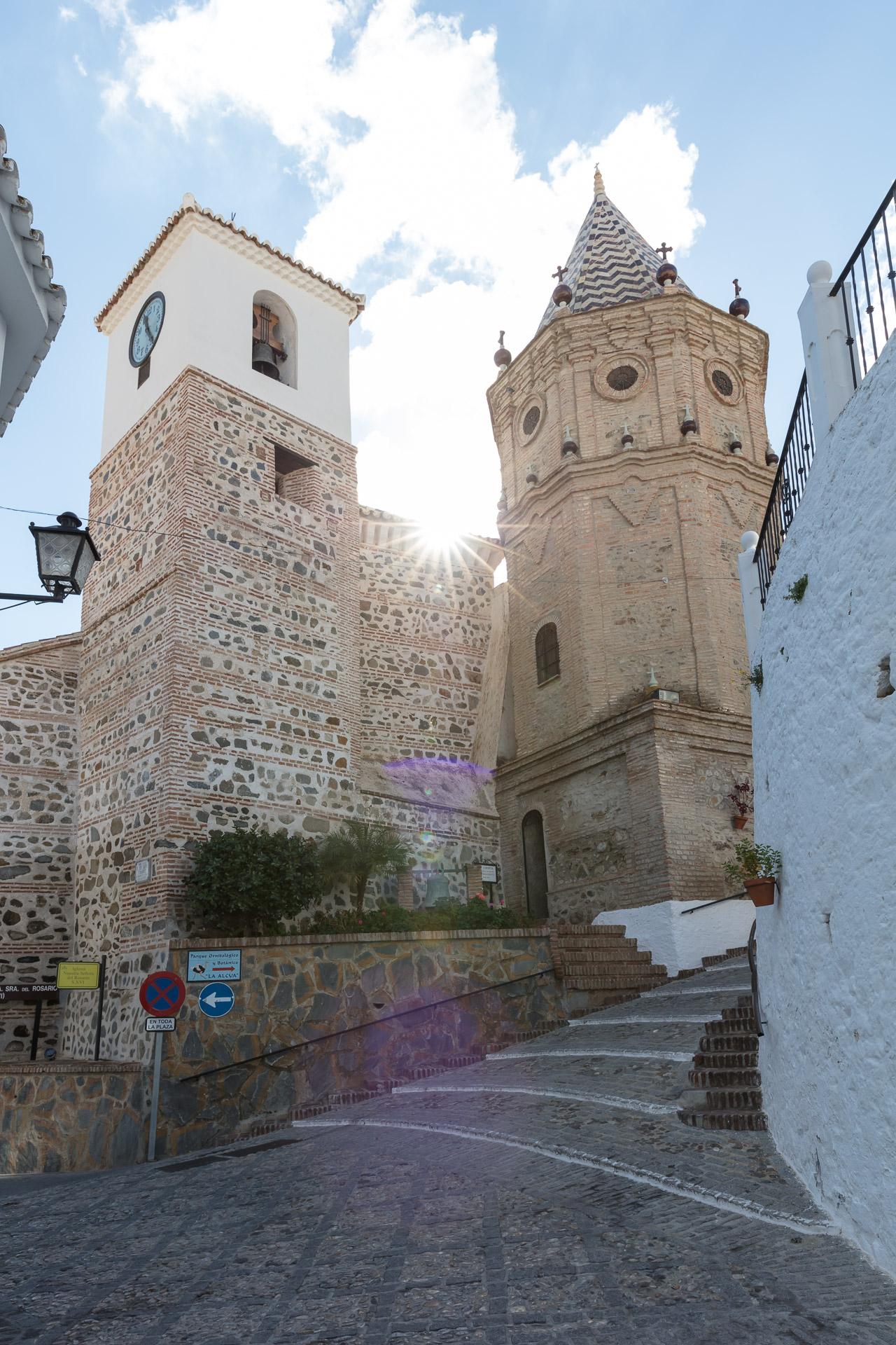 De moorse en katholieke toren van de kerk van El Borge