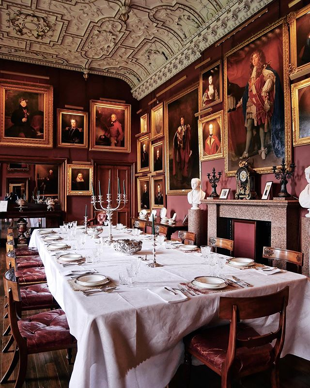 'To begin with, I dined there on Monday, and once a week is quite enough to dine with one's own relations.' Oscar Wilde ~ Thirlestane's State Dining Room is one of the most impressive spaces at the castle. The intricate plasterwork ceiling dates from the 17th century and the walls of the room are lined with one of the largest collections of family portraits in Scotland. I think even Oscar Wilde would not mind dining here every day 🍽🍾🥂 Would you?