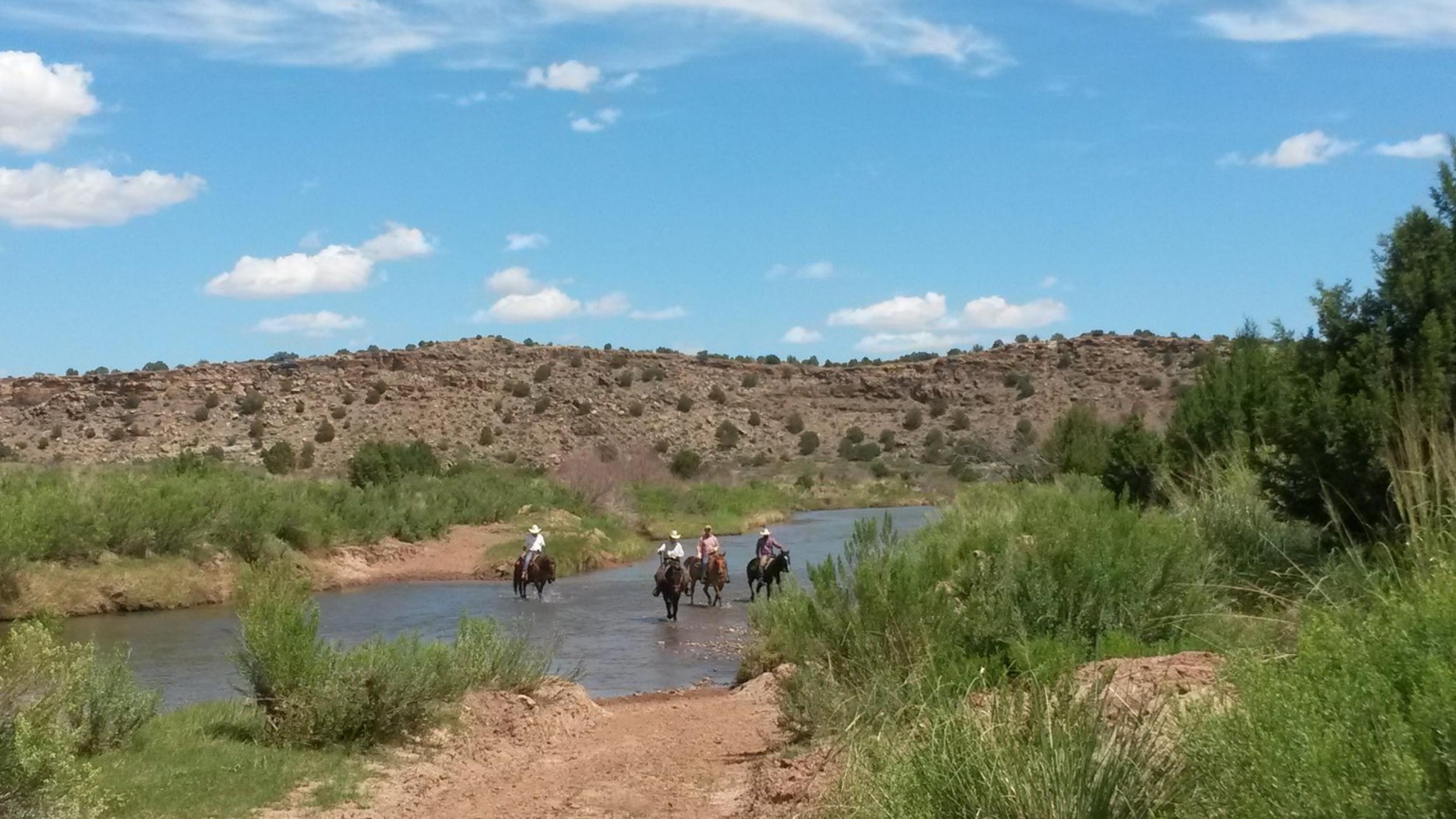On the way back to the ranch house through the Pecos River.  Auf dem Weg zurück zum Ranchhaus durch den Pecos River.