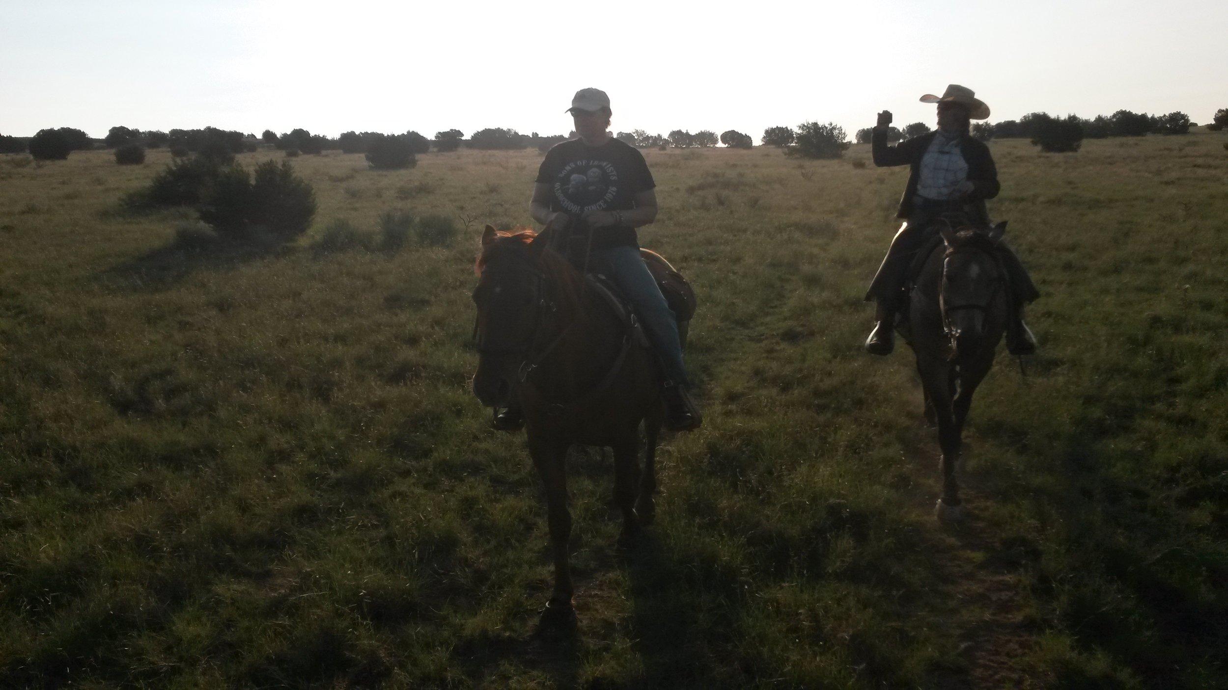 End of August we helped neighbors with their branding. Here Birgit on Butch and I on King on our way to the cattle.  Ende August haben wir unseren Nachbarn beim Branding geholfen. Hier Birgit auf Butch und ich auf King auf dem Weg zu den Rindern.