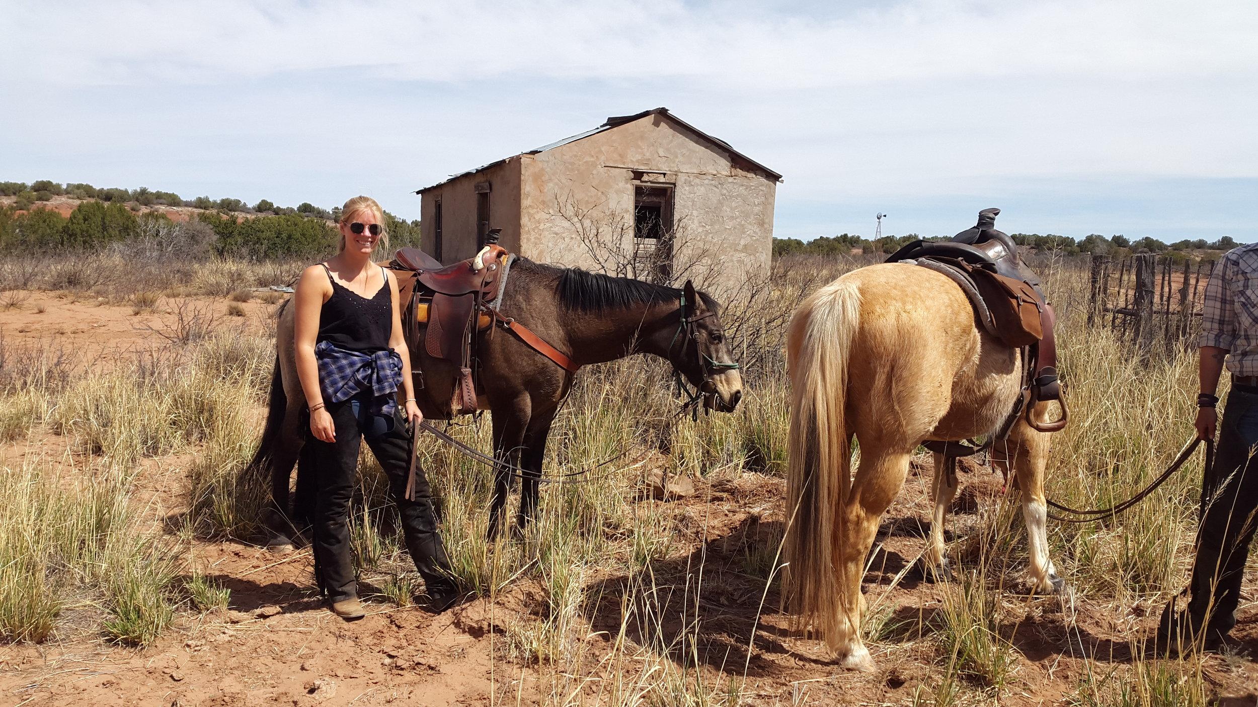 After we gathered some cattle in the pen. From left to right: Meike with Dusty….  Nachdem wir ein paar Rinder in den Pen getrieben haben. Von links nach rechts: Meike mit Dusty….
