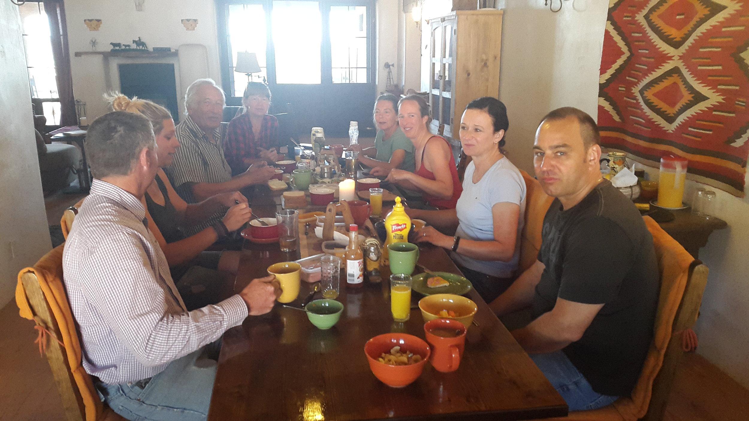Frühstück im Ranchhaus (von links nach rechts): Rob, Annika, Herbert, Irene, Helga, Sybille und Martin.  Breakfast at the ranch house (left to right): Rob, Annika, Herbert, Irene, Helga, Sybille and Martin.