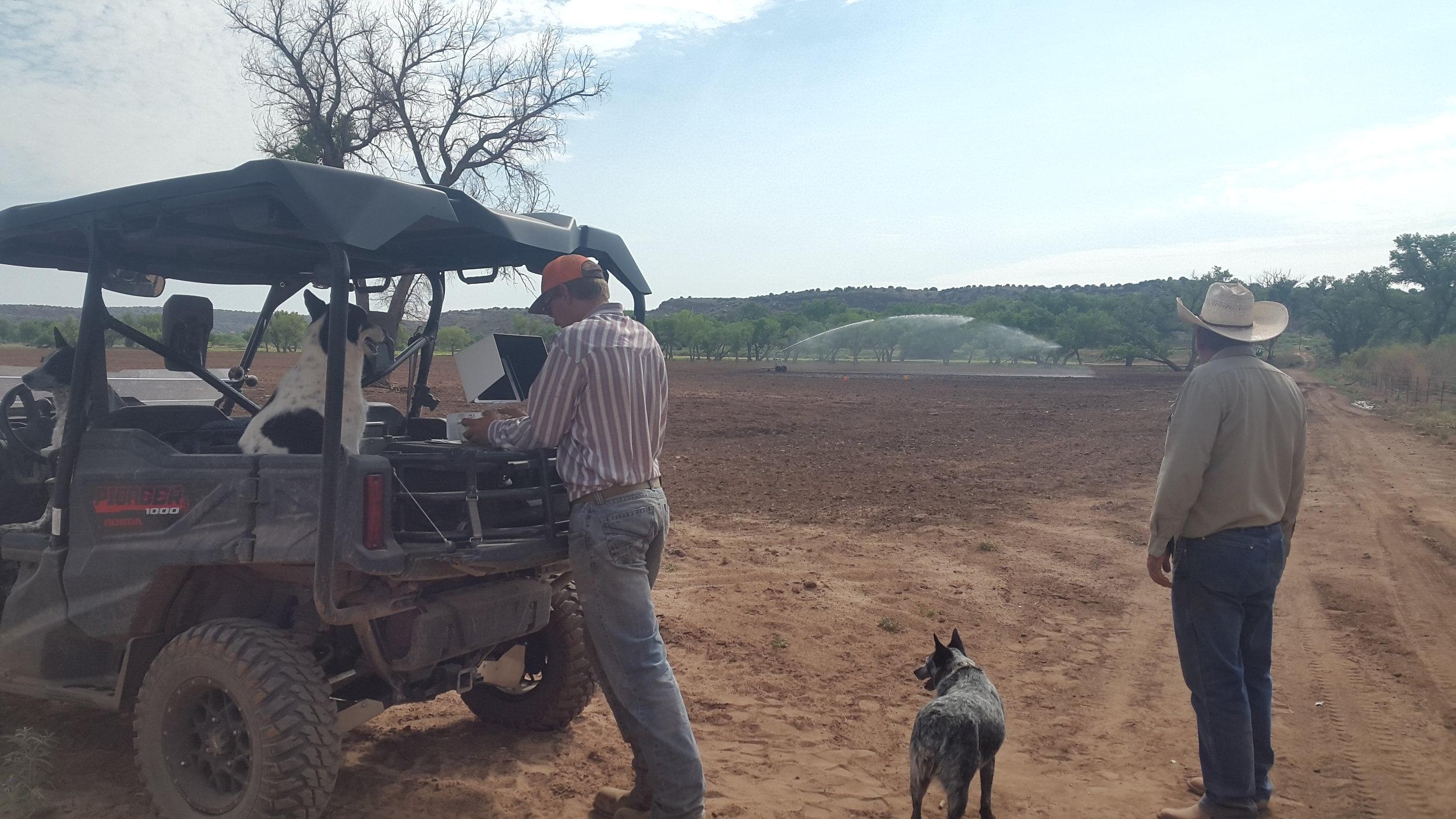 Apropos watering - Joe (right, Seth left) installed big water-sprinklers at the farm to water the fields.  Apropos Wässern - Joe (rechts, Seth links) hat grosse Sprenkler auf den Feldern der Farm installiert.