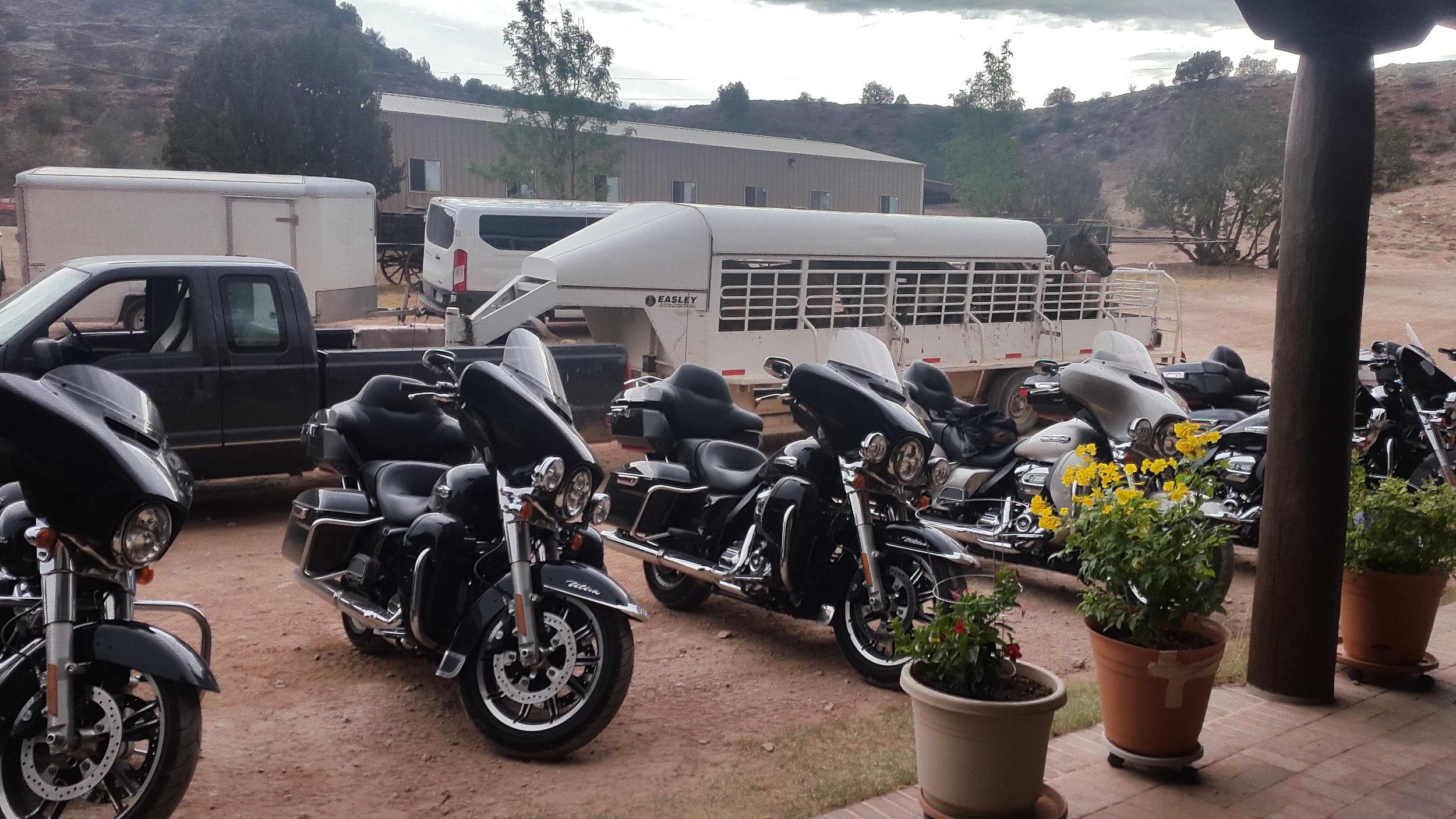 And we hosted the Route 66 travelling bikers from Norway again. Here the vehicle line-up of the bikes.  Und wir waren wieder Gastgeber für die Route 66 reisenden Biker aus Norwegen. Hier die Bikes in Parkposition.