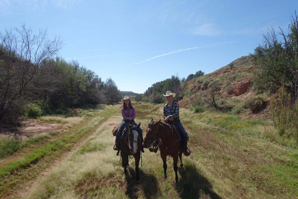 And at least two cowgirls exploring the Carrizo Creek (left to right: Julia on Blaze and Leonie on Butch).  Und zum Schluss zwei Cowgirls beim Erkunden des Carrizo Creeks (links nach rechts Julia auf Blaze und Leonie auf Butch).    Greetings from the Wild West,  Grüsse aus dem Wilden Westen,  Claudia