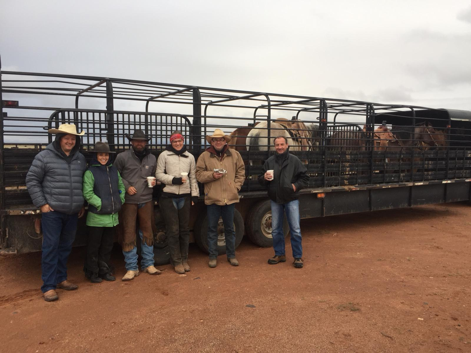 Yep, it got colder as you can tell by the thick jackets ;-) Here our team in front of a trailer at the Fuchs Ranch, where we helped family Fuchs to gathering their cattle. Left to right: James, Carol, Rob, Leonie, Oli and Dietmar. Daniela is missing, because she took this picture - thanks Dani!  Ja, es wurde wieder kälter, wie man an den dicken Jacken sehen kann ;-) Hier unser Team vor einem Anhänger auf der Fuchs Ranch, wo wir Familie Fuchs geholfen haben, ihre Rinder zusammen zu treiben. Links nach rechts: James, Carol, Rob, Leonie, Oli und Dietmar. Nur Daniela fehlt, da sie das Foto gemacht hat - danke Dani!