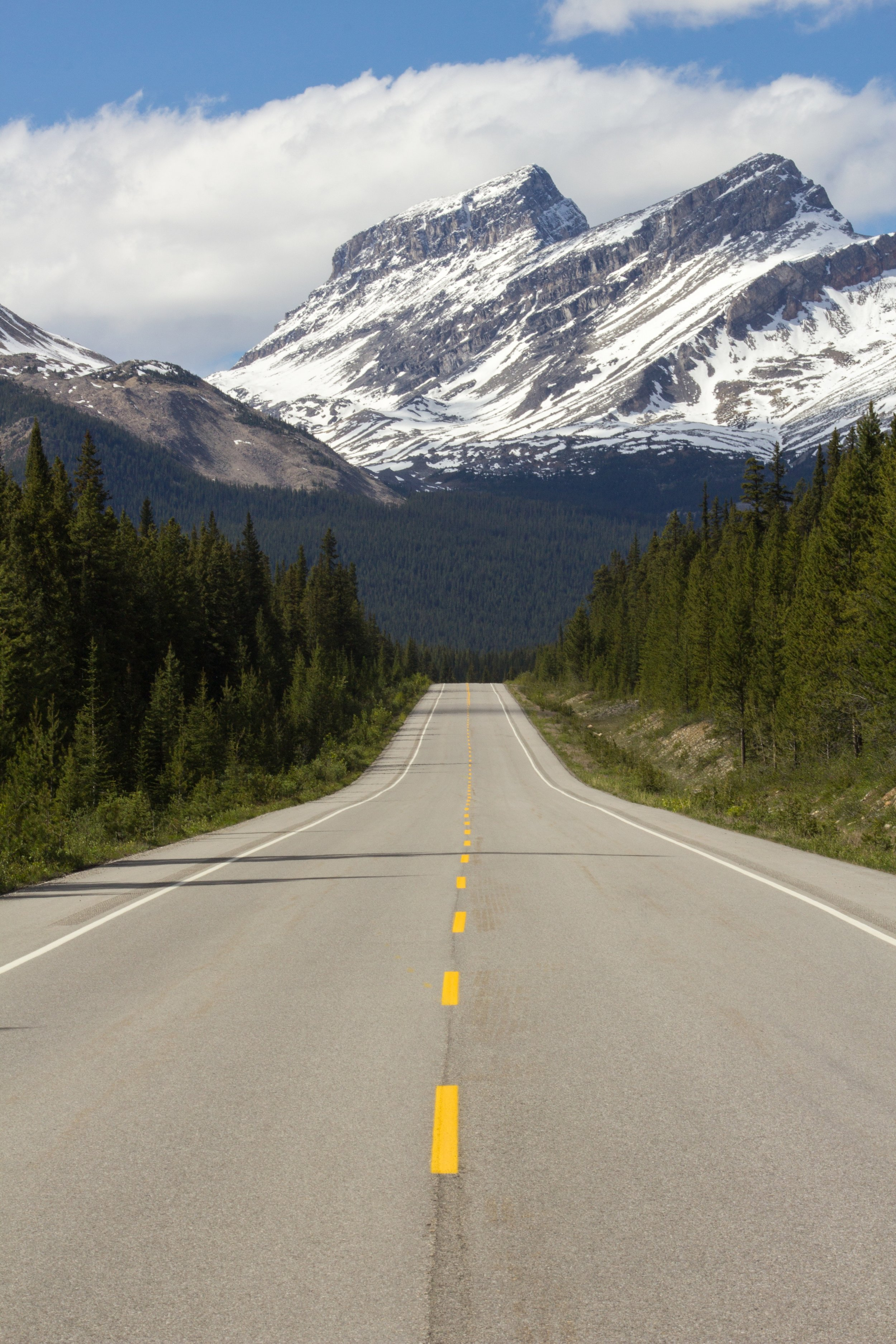 The mountainous drive of Icefields Parkway