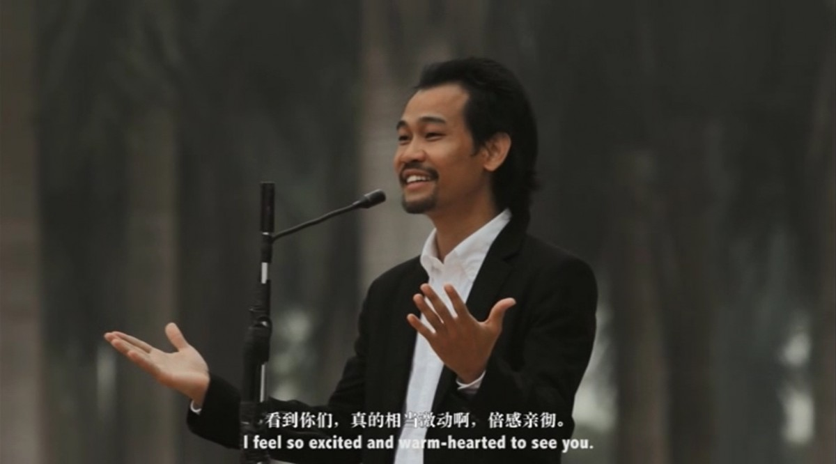 Hu Xiangqian,  Speech at the edge of the world , 2014 (video still) single channel HD video, 12:31 min. Courtesy of Long March Space, Beijing.